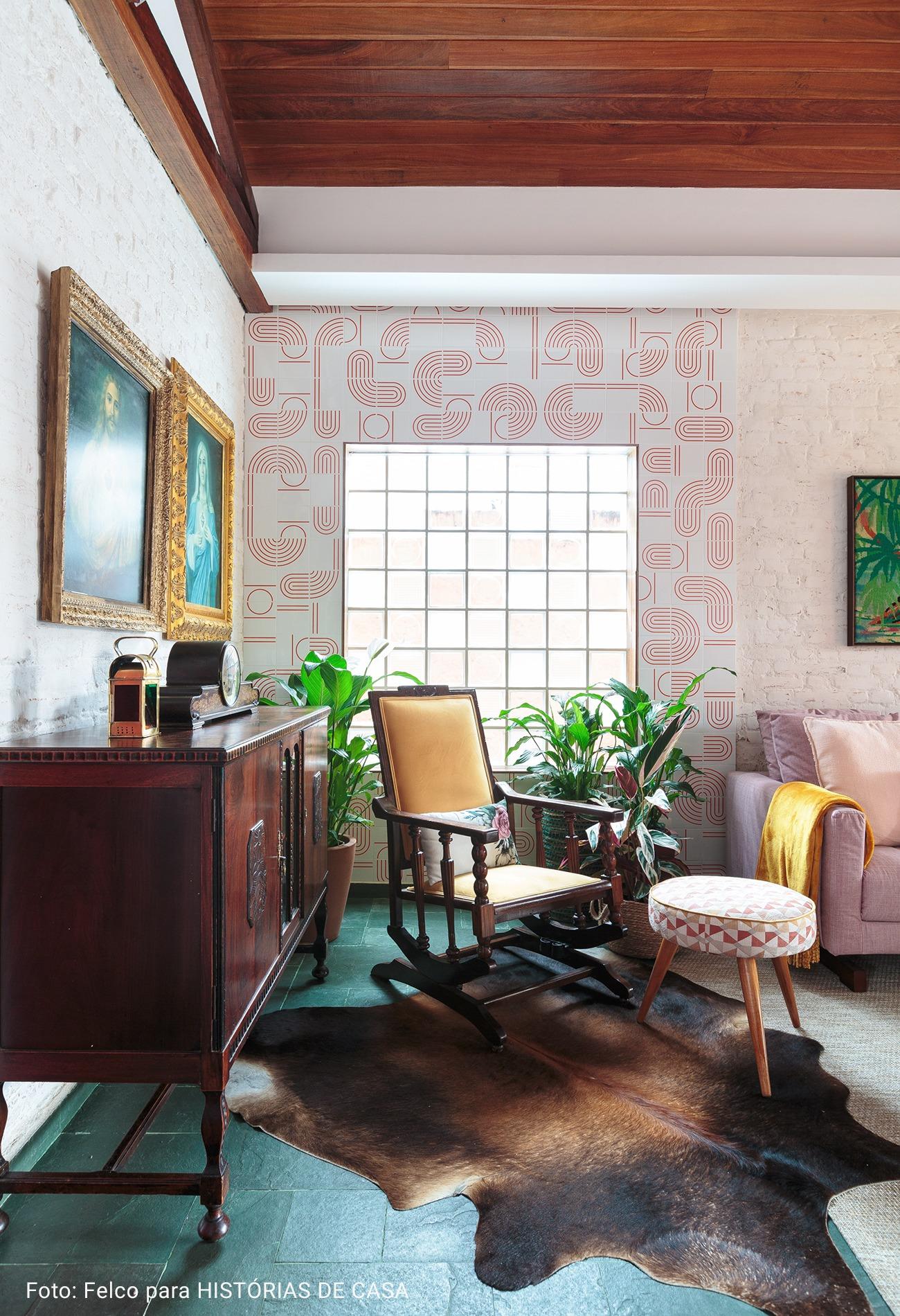 sala com parede de ladrilhos