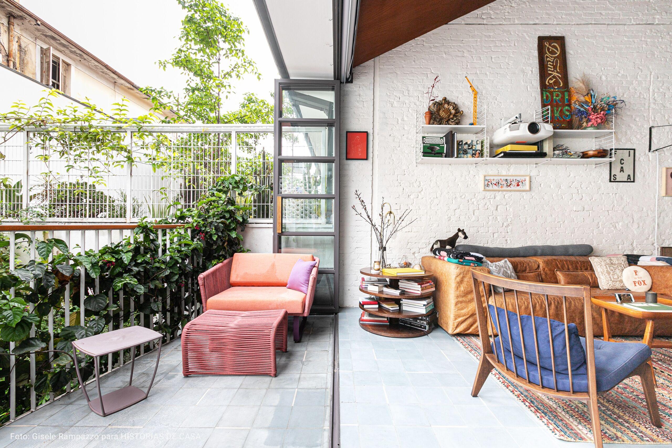 varanda com cadeiras de madeira