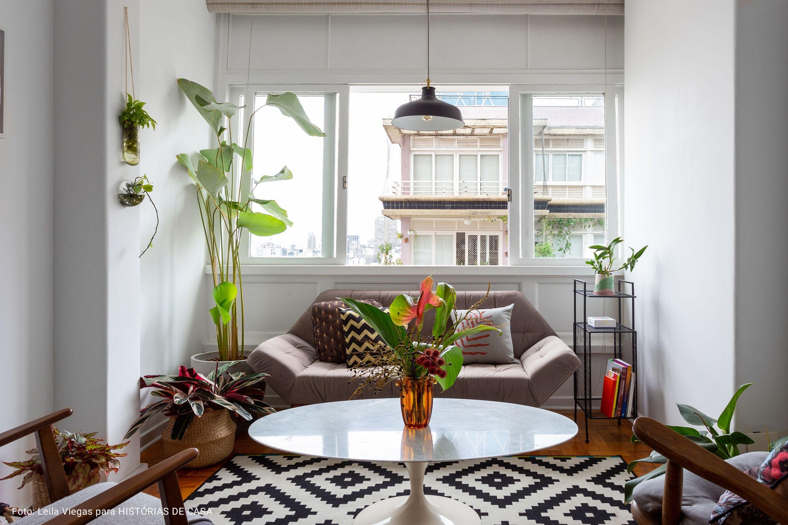 sala de estar com tapete geométrico