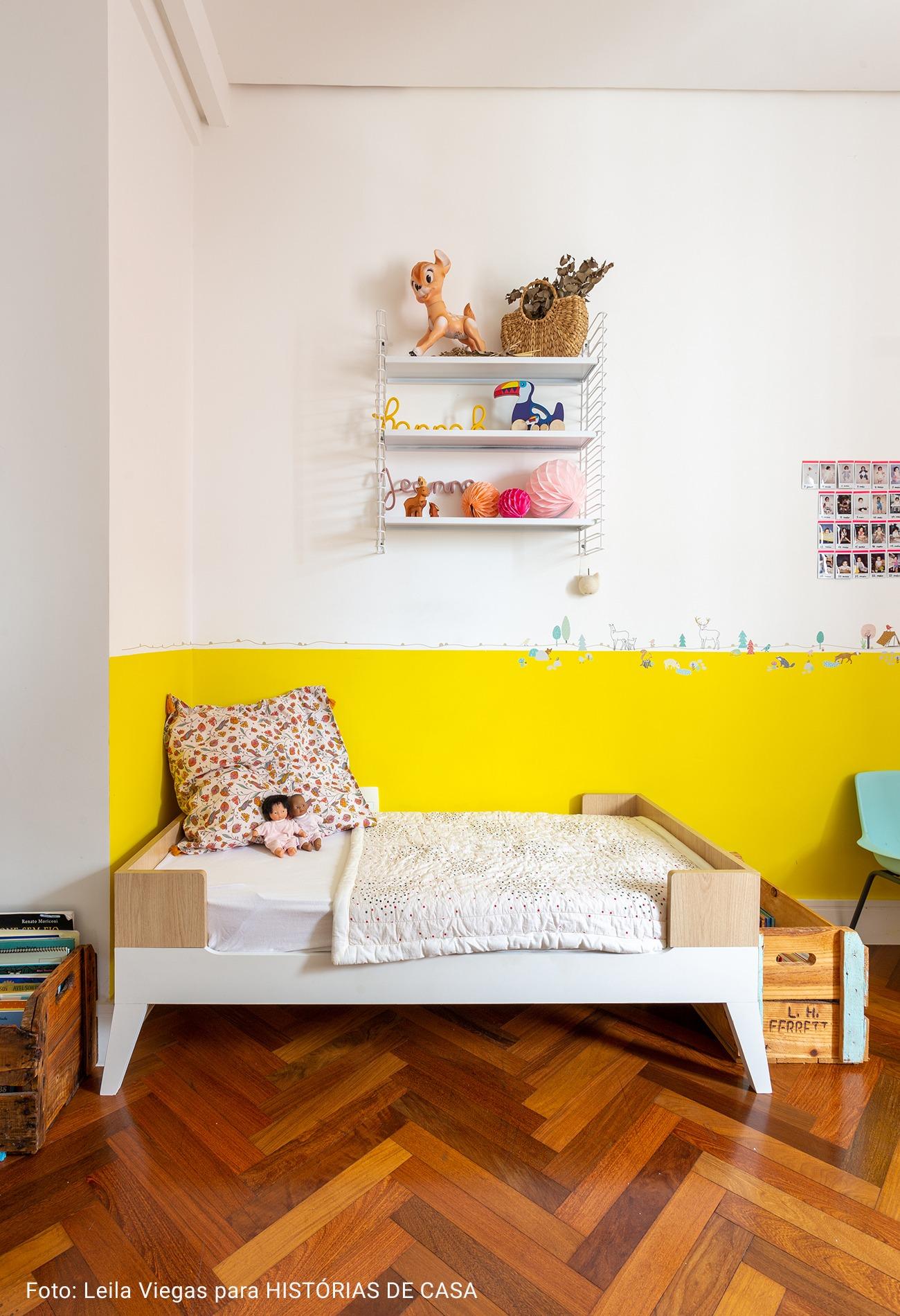 quarto infantil com piso de taco