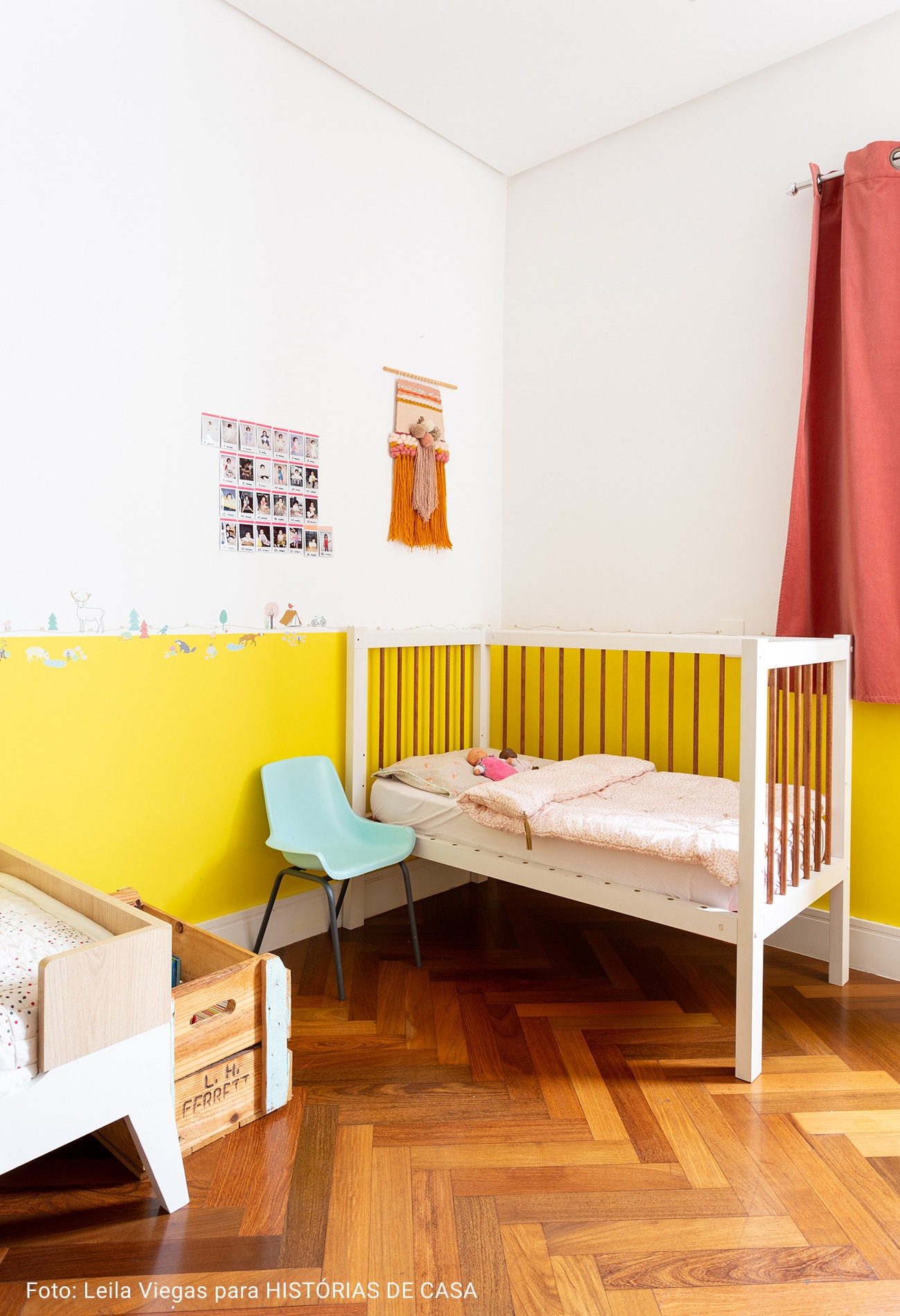 quarto infantil com meia parede amarela