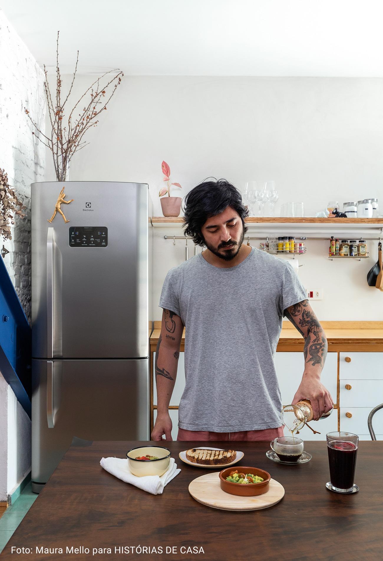 morador cozinhando em cozinha americana