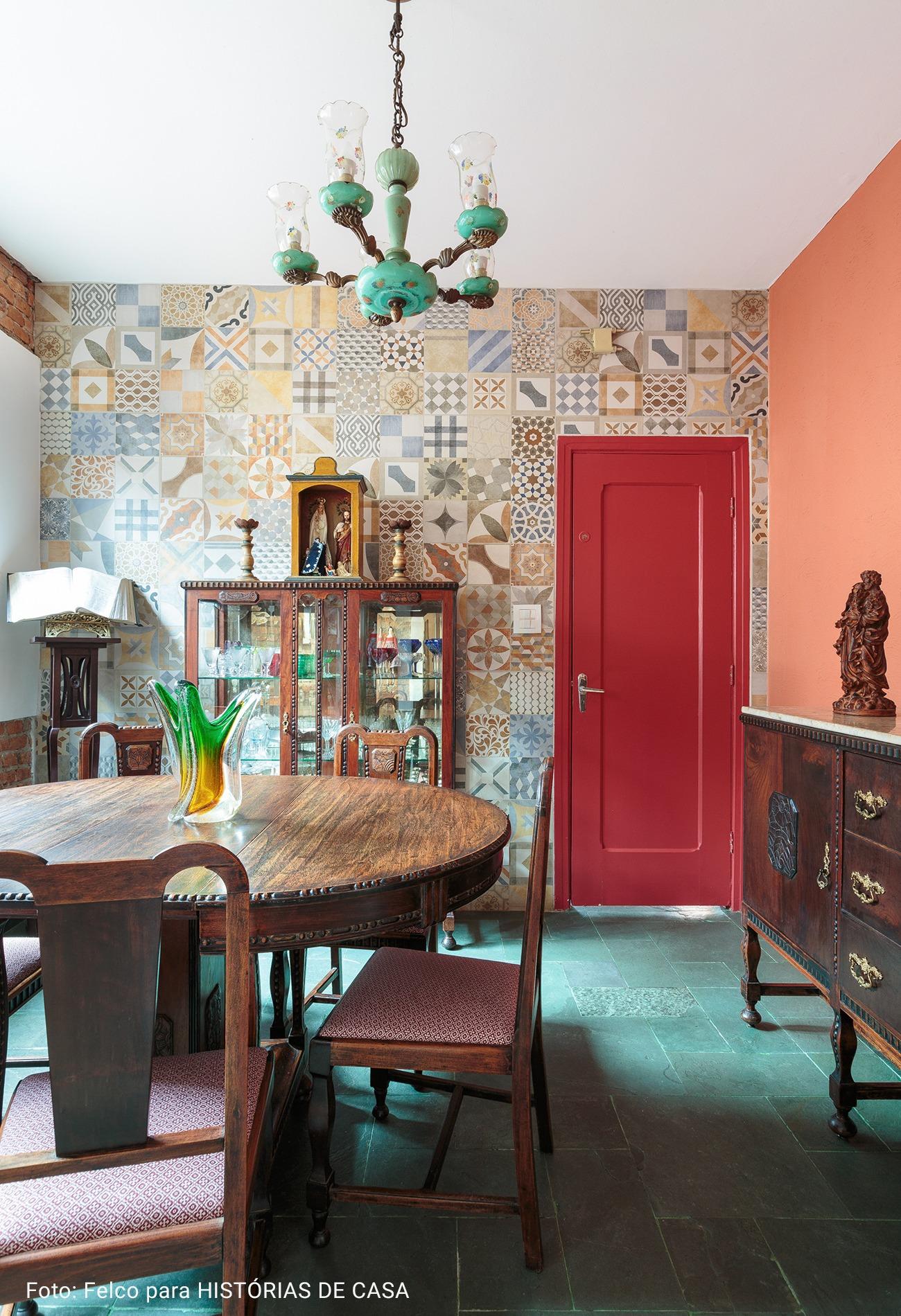 cozinha com cadeiras antigas