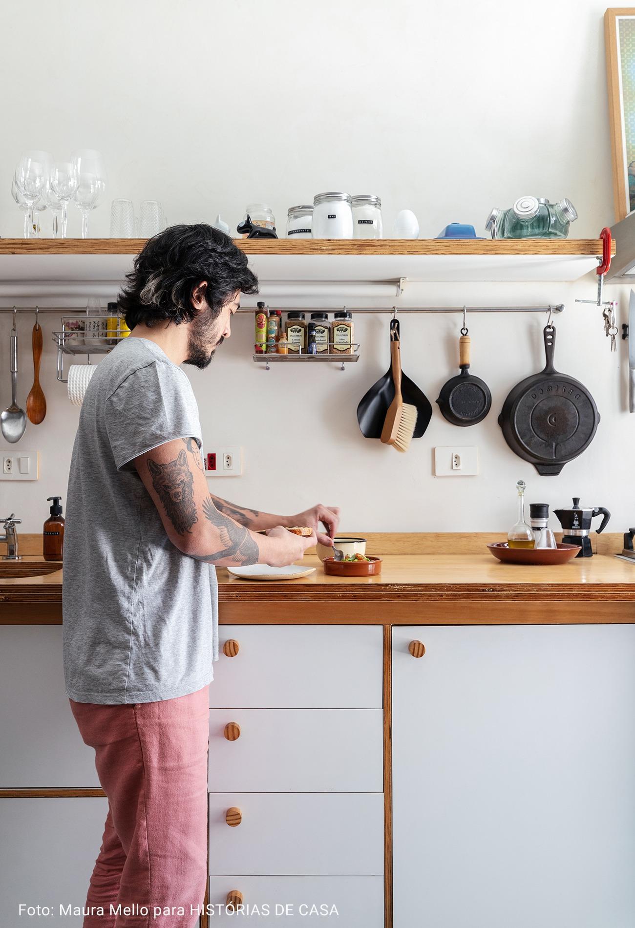 cozinha com armarios brancos
