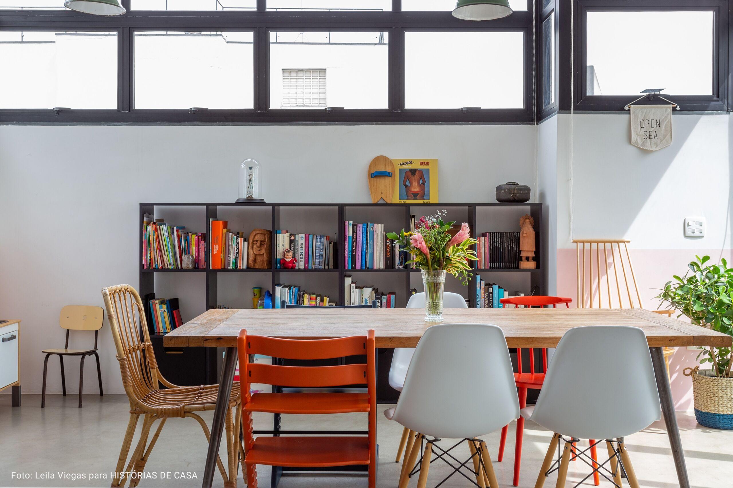 sala de jantar com mesas diversas