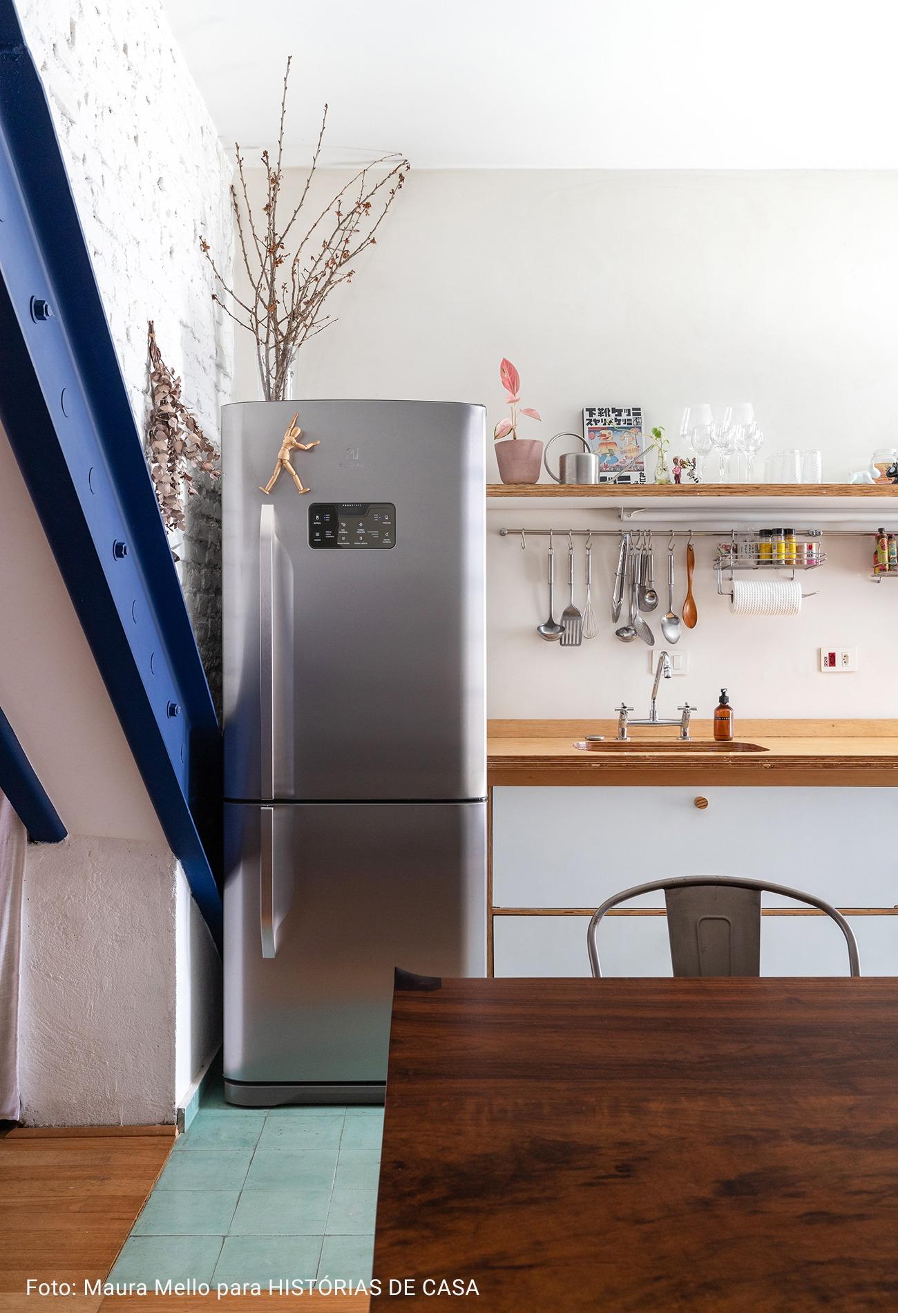cozinha com mesa de madeira maciça