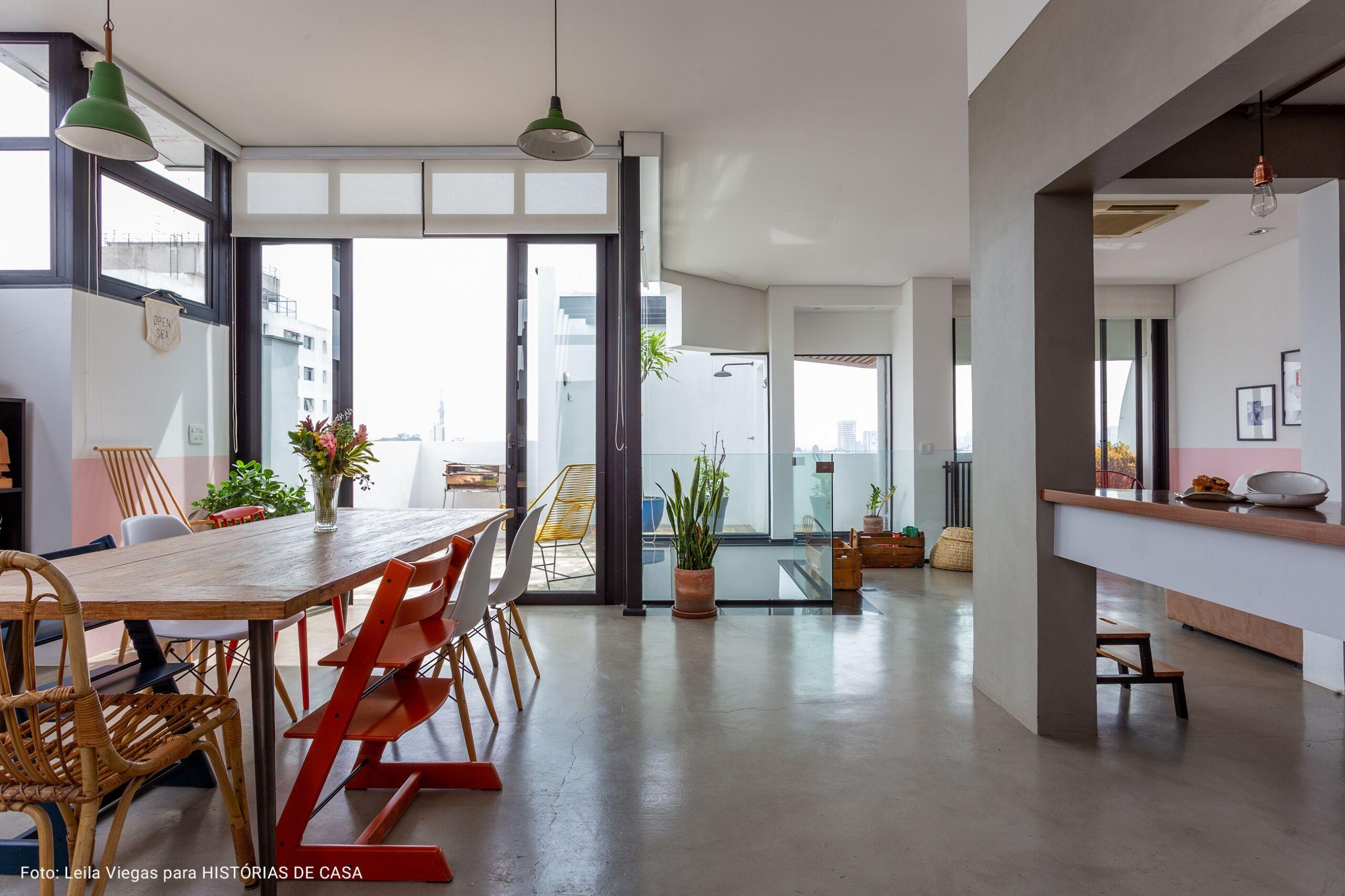 sala ampla integrada com a cozinha