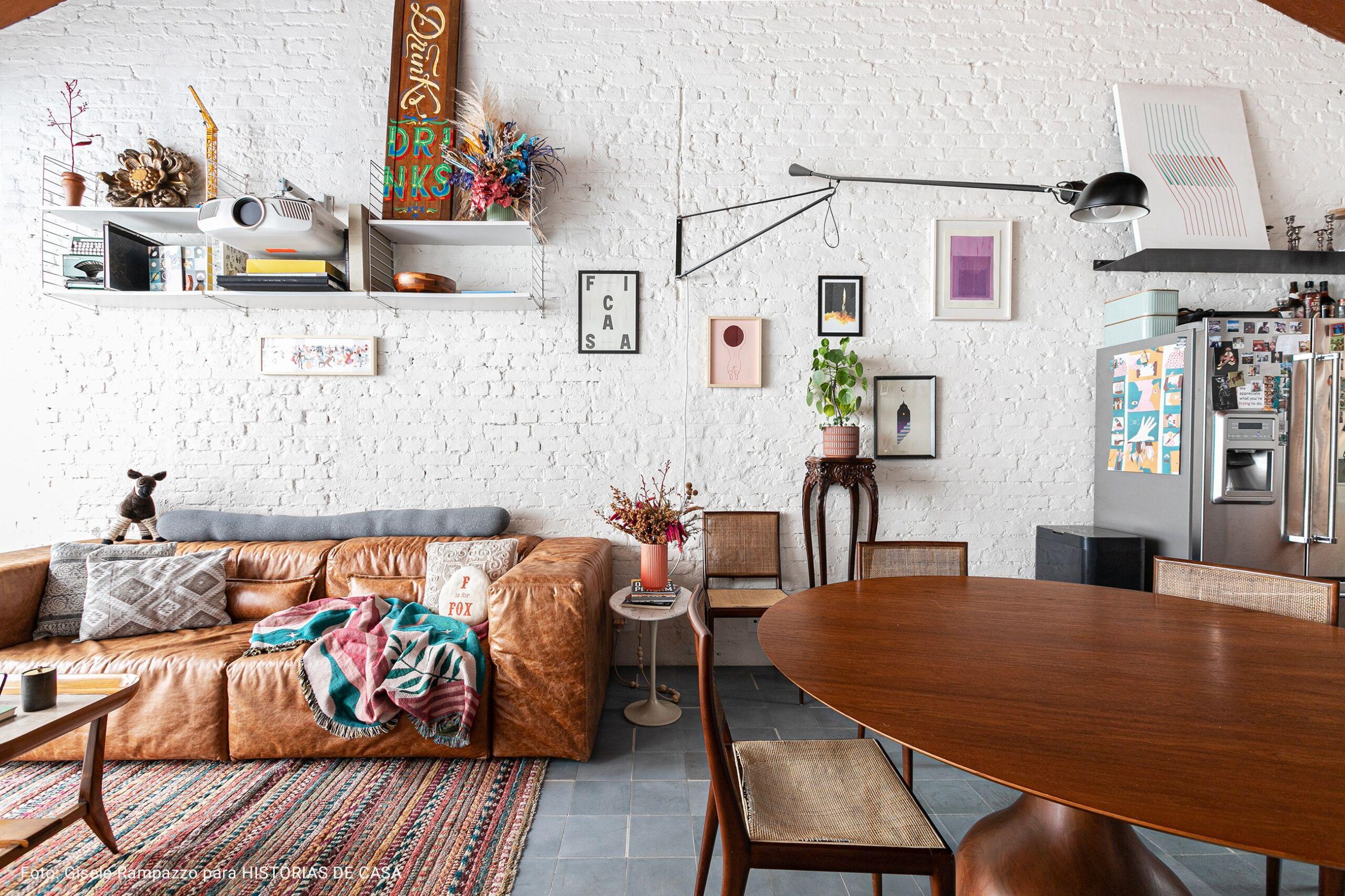 sala com mesa de de madeira