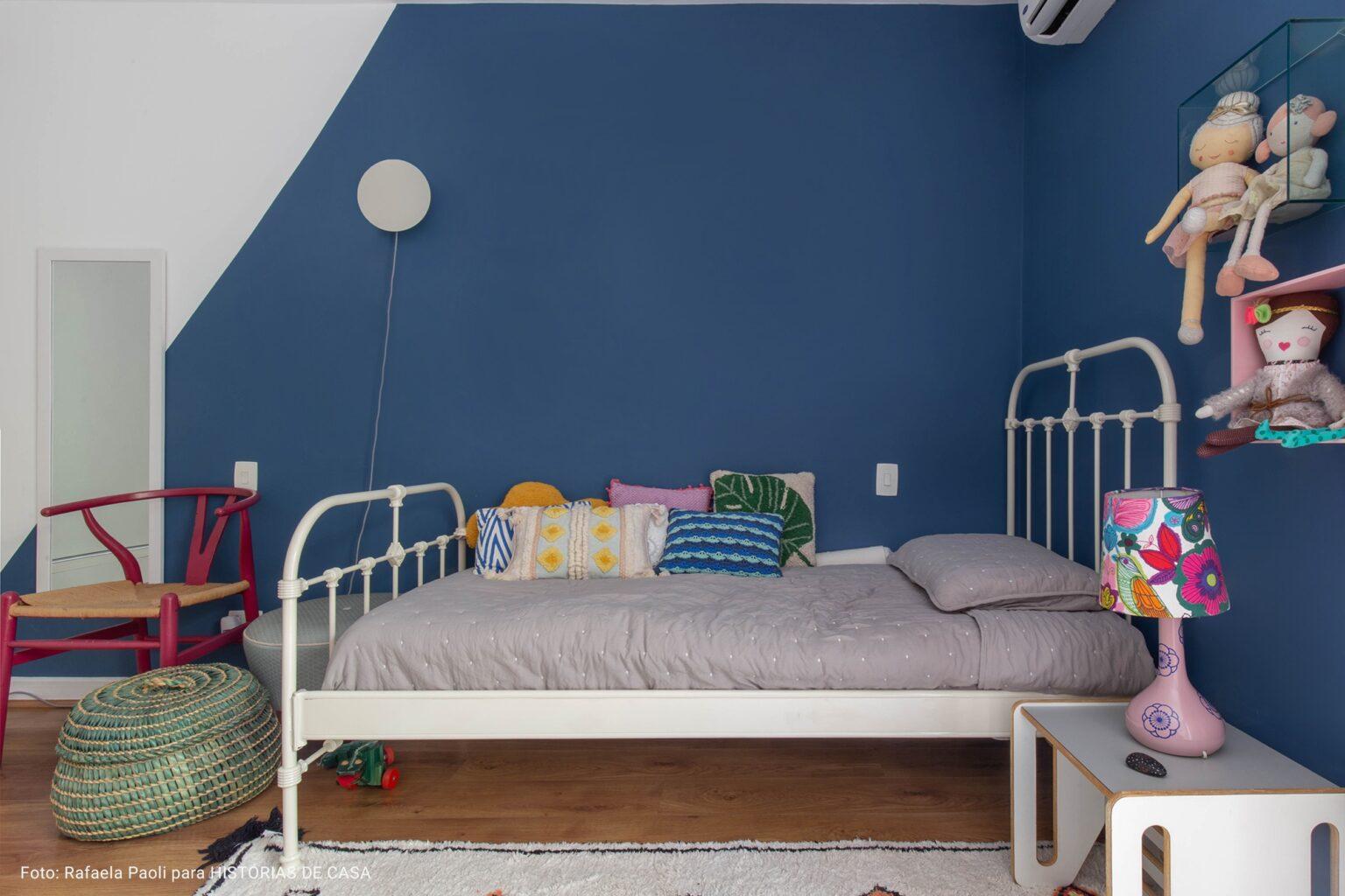 quarto de criança com colcha cinza