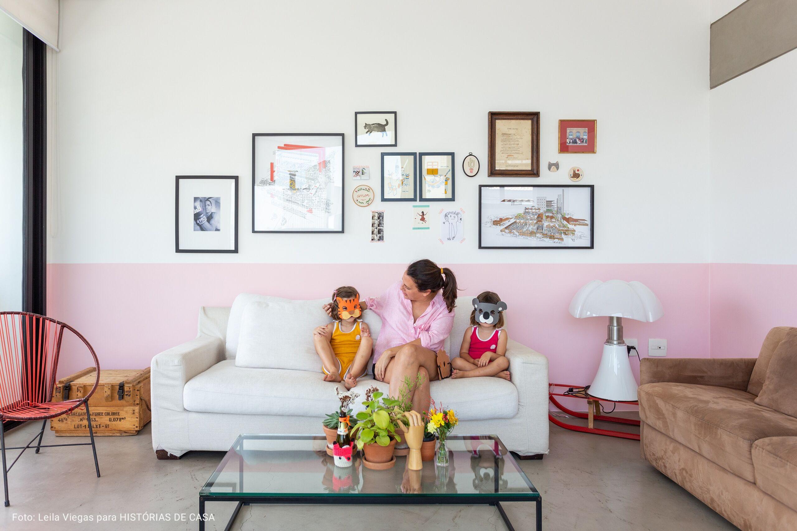 sala com meia parede rosa