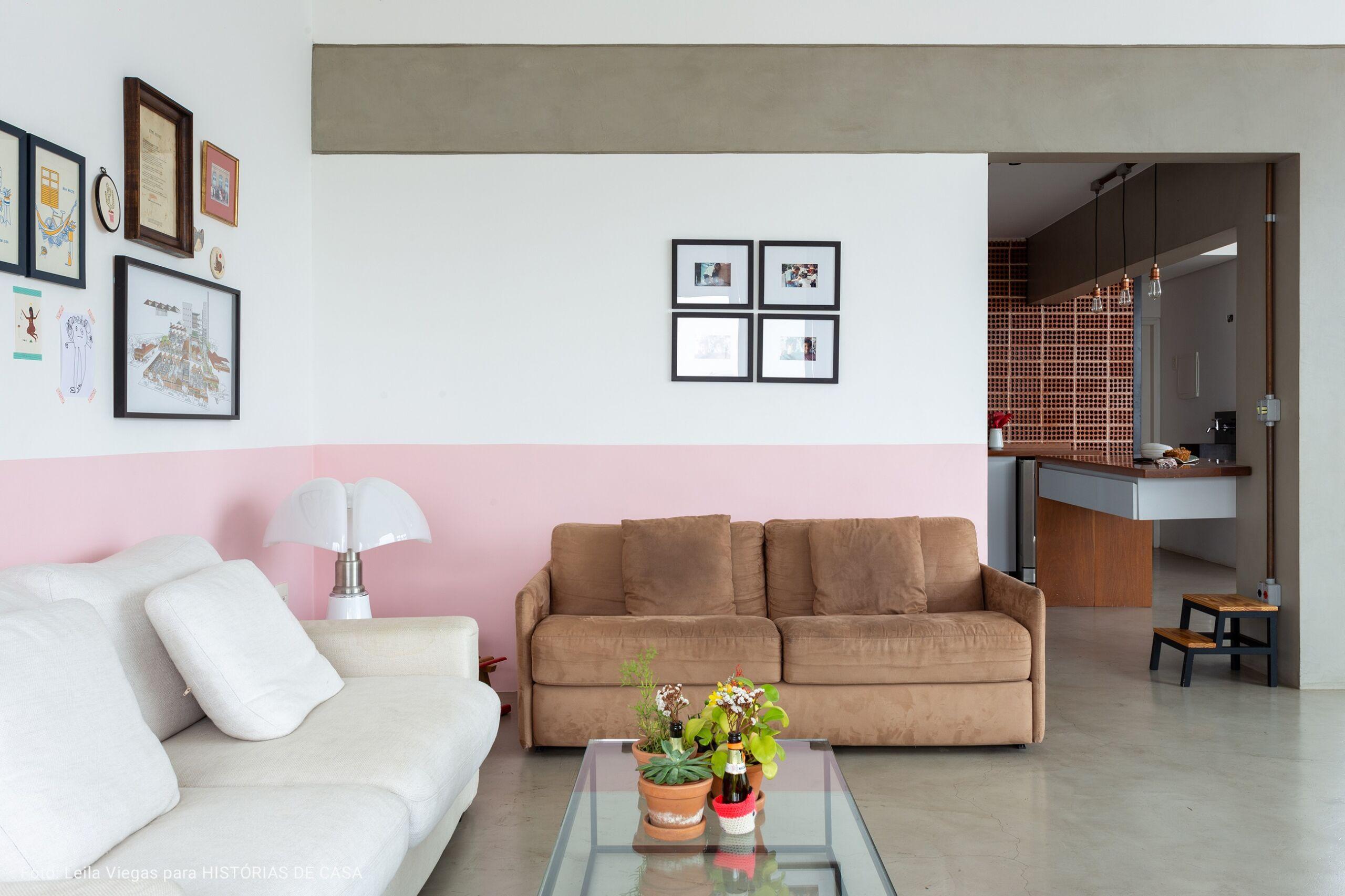 sala com sofá marrom