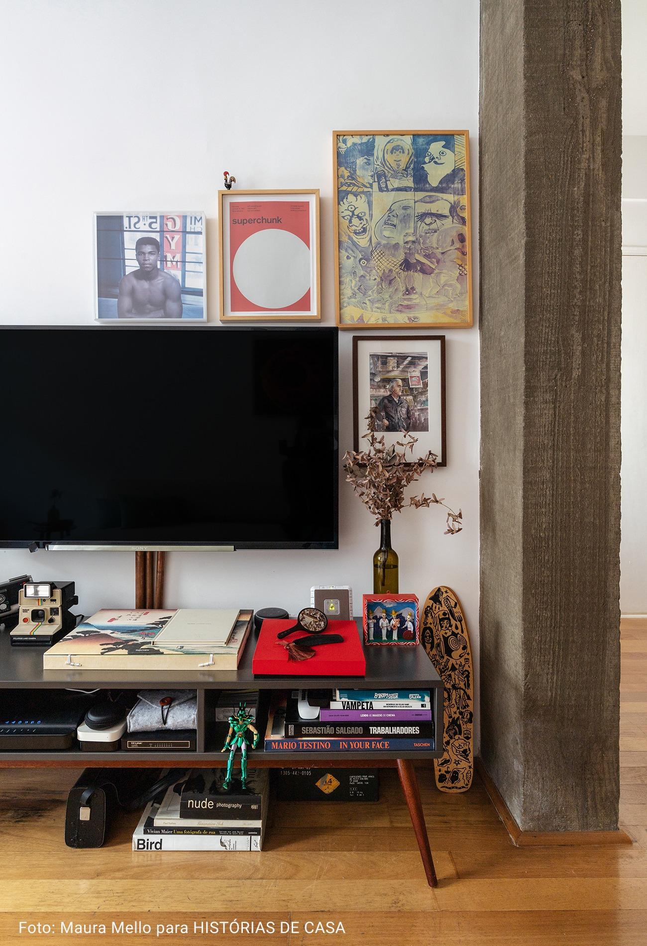 sala de televisão com quadros de madeira