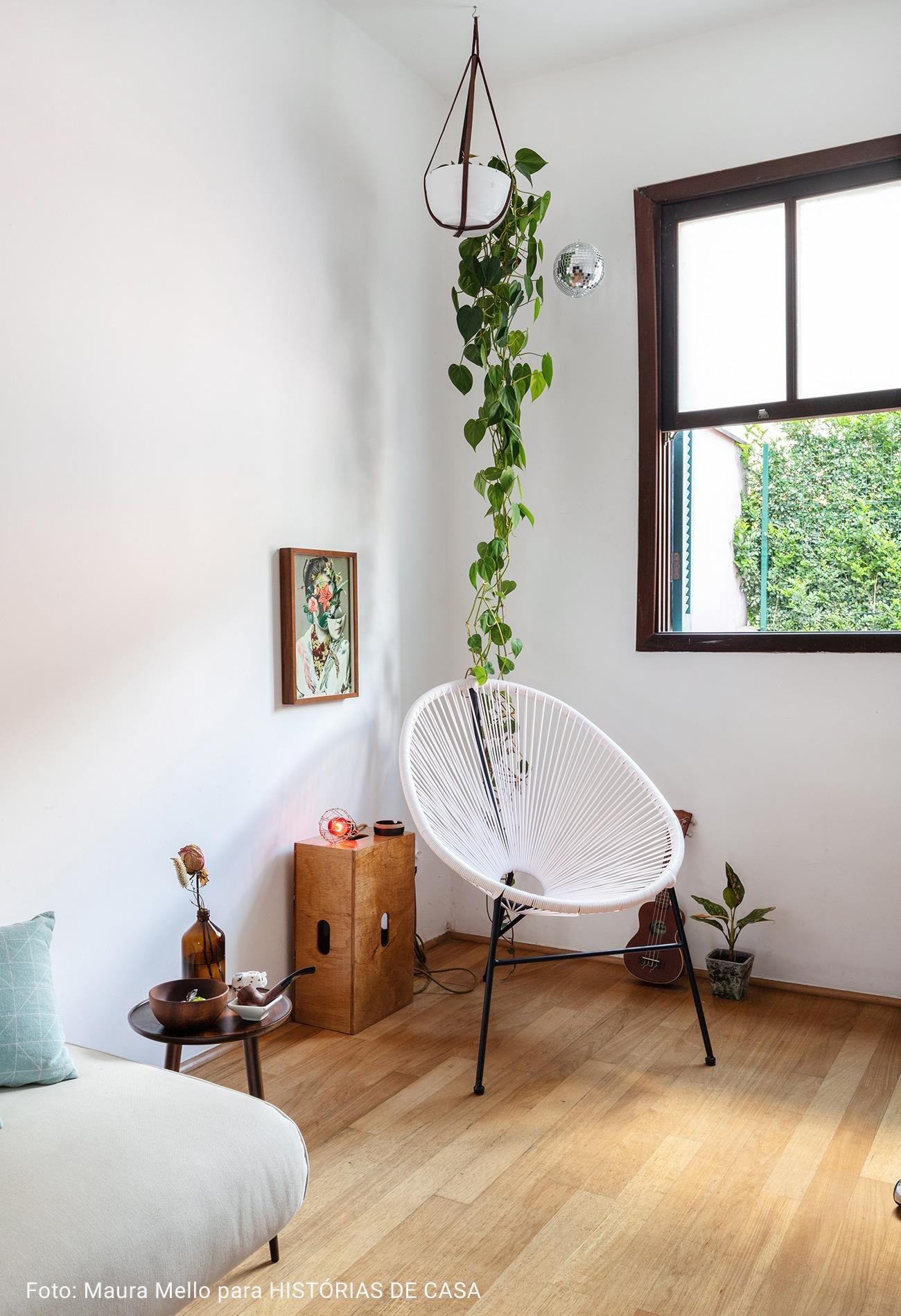 sala com janela de madeira ampla