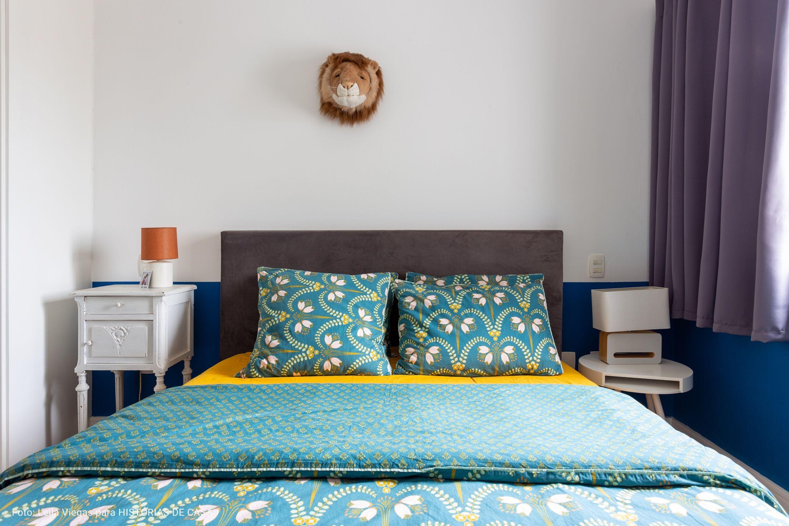 quarto com roupa de cama bordada