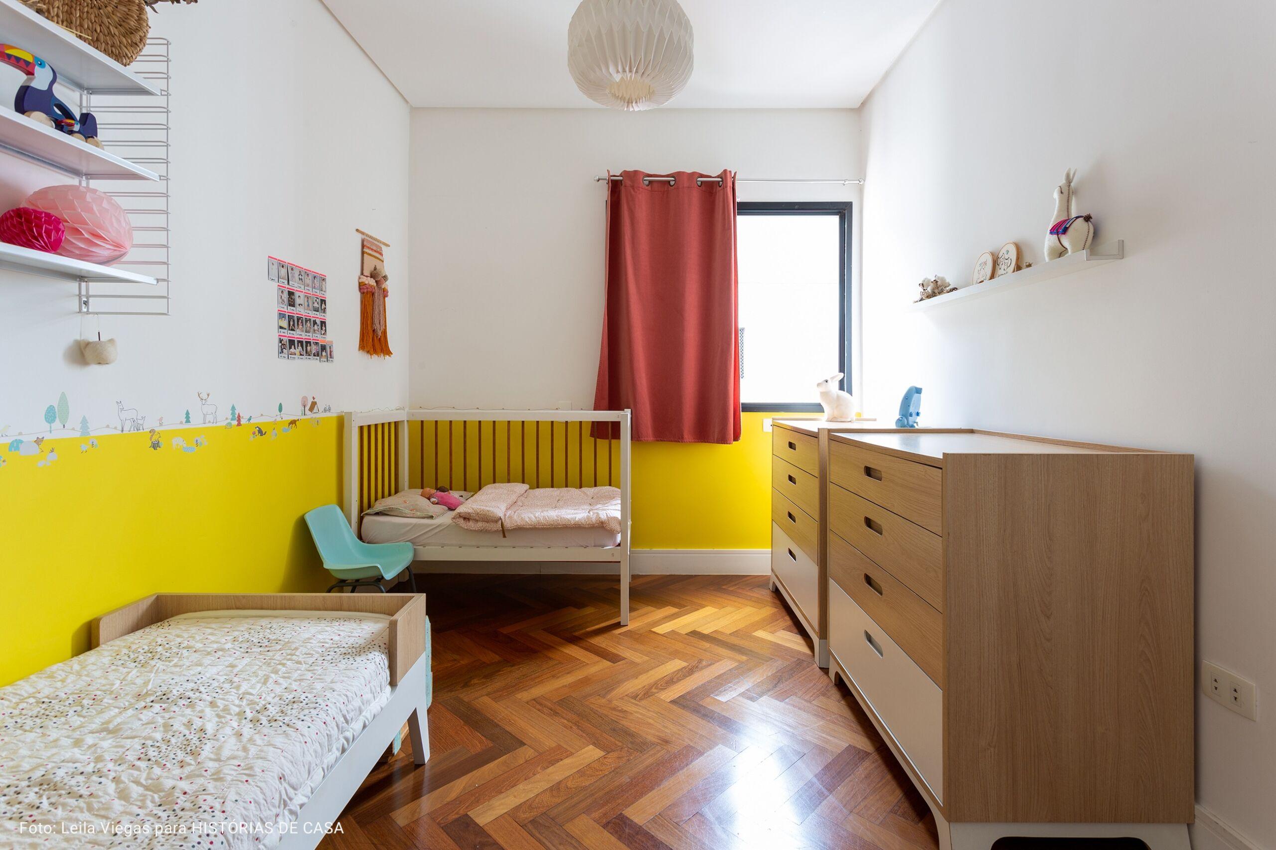 quarto com meia parede amarela