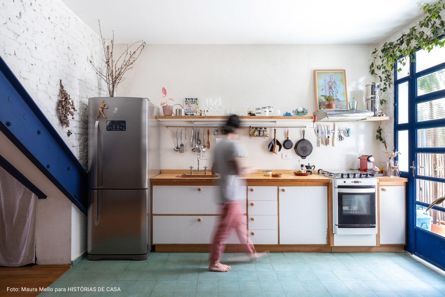 cozinha com janelas azuis royal