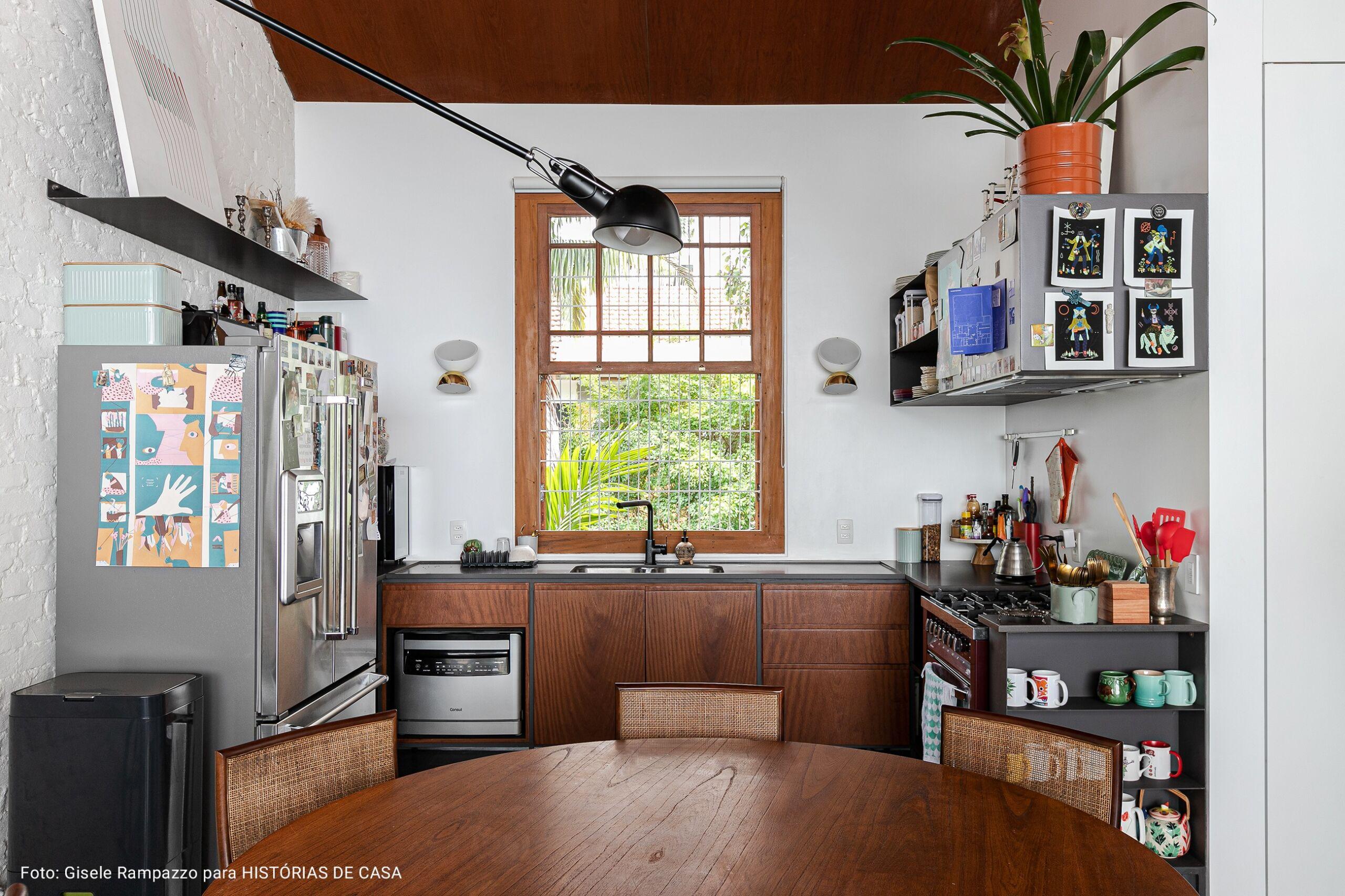 cozinha com bancada de madeira