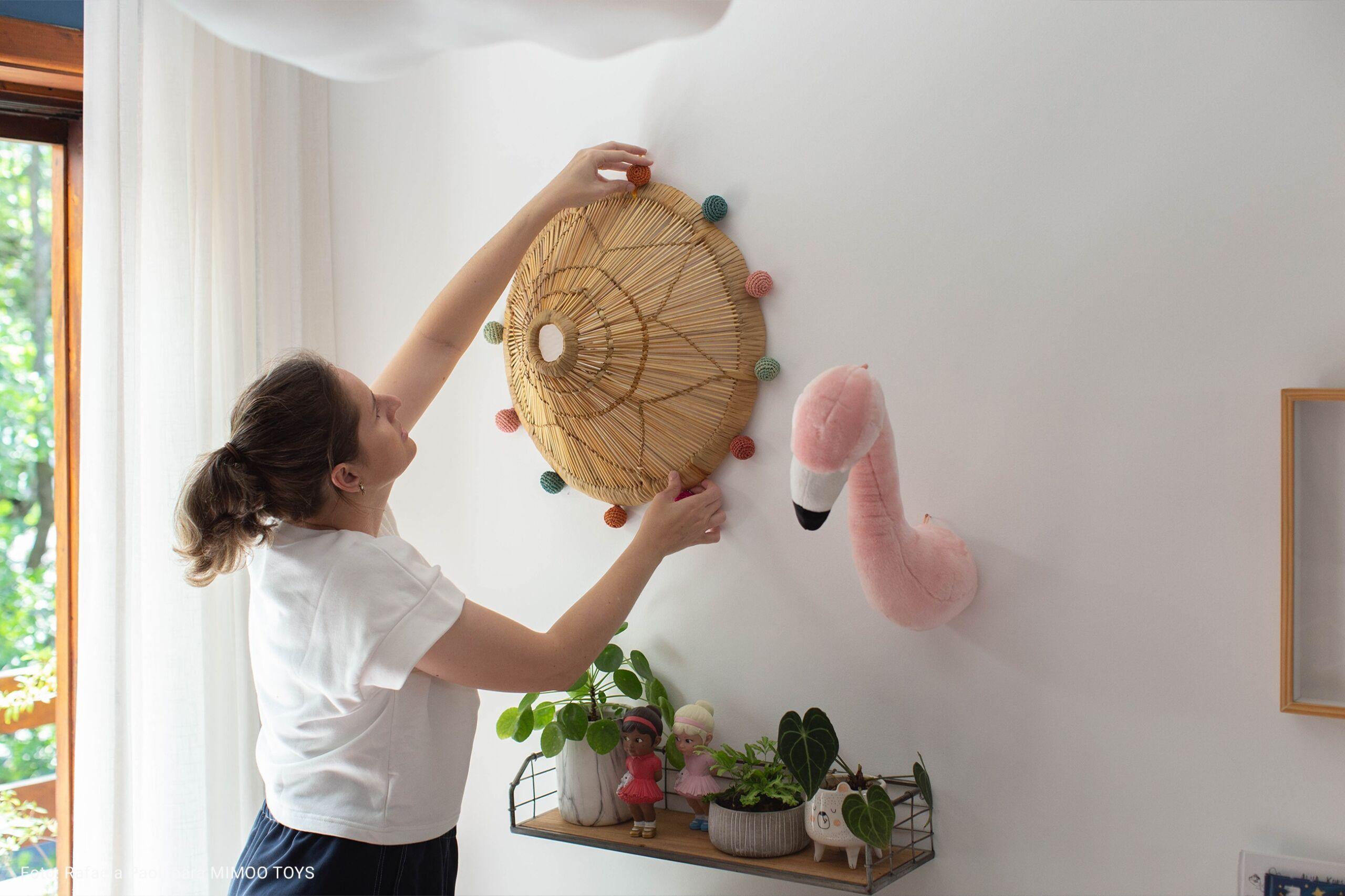 flamingo de pelucia na parede