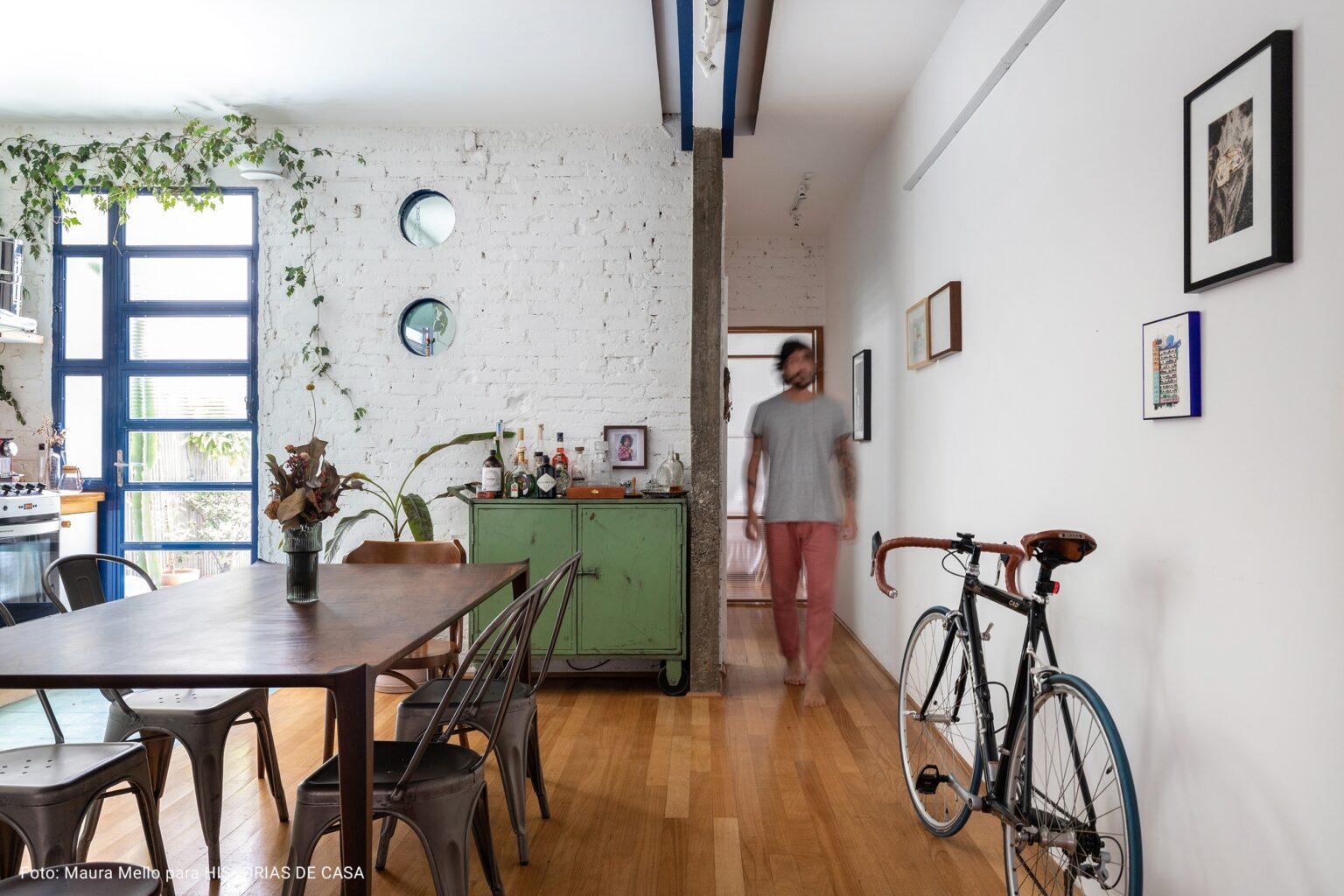 corredor com piso de madeira