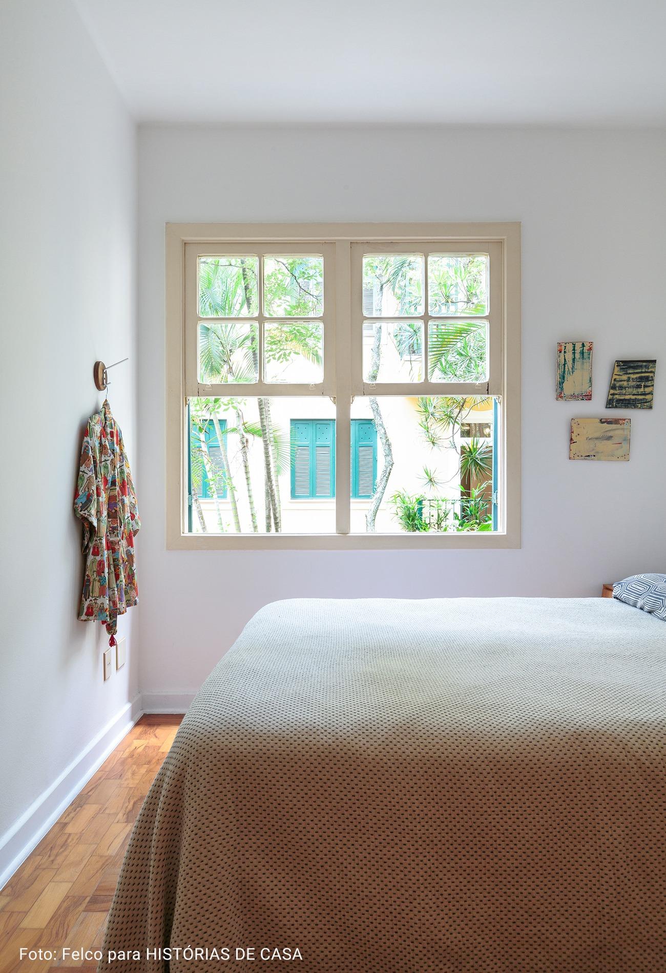 quarto com colcha de tricot