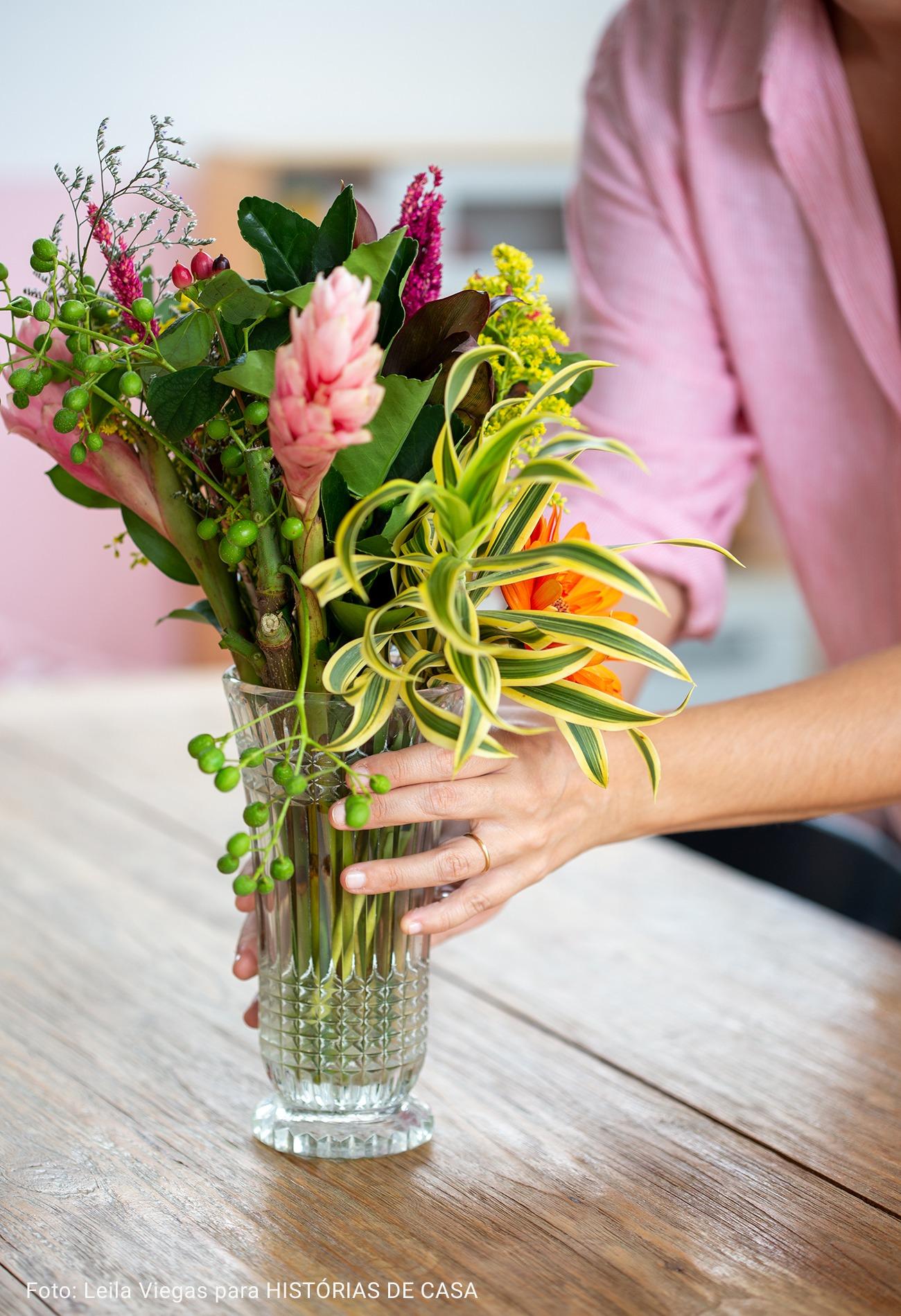 detalhe vaso de planta sob mesa