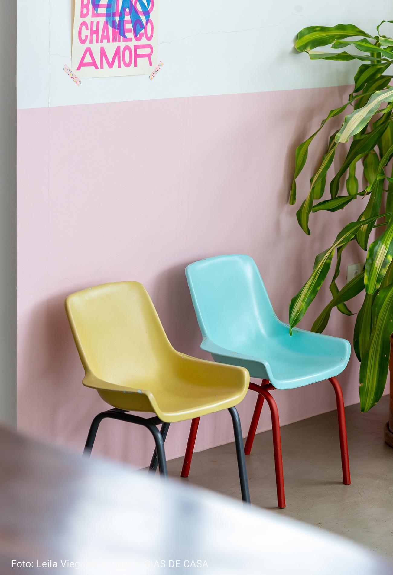 cadeiras infantis com cores vibrantes