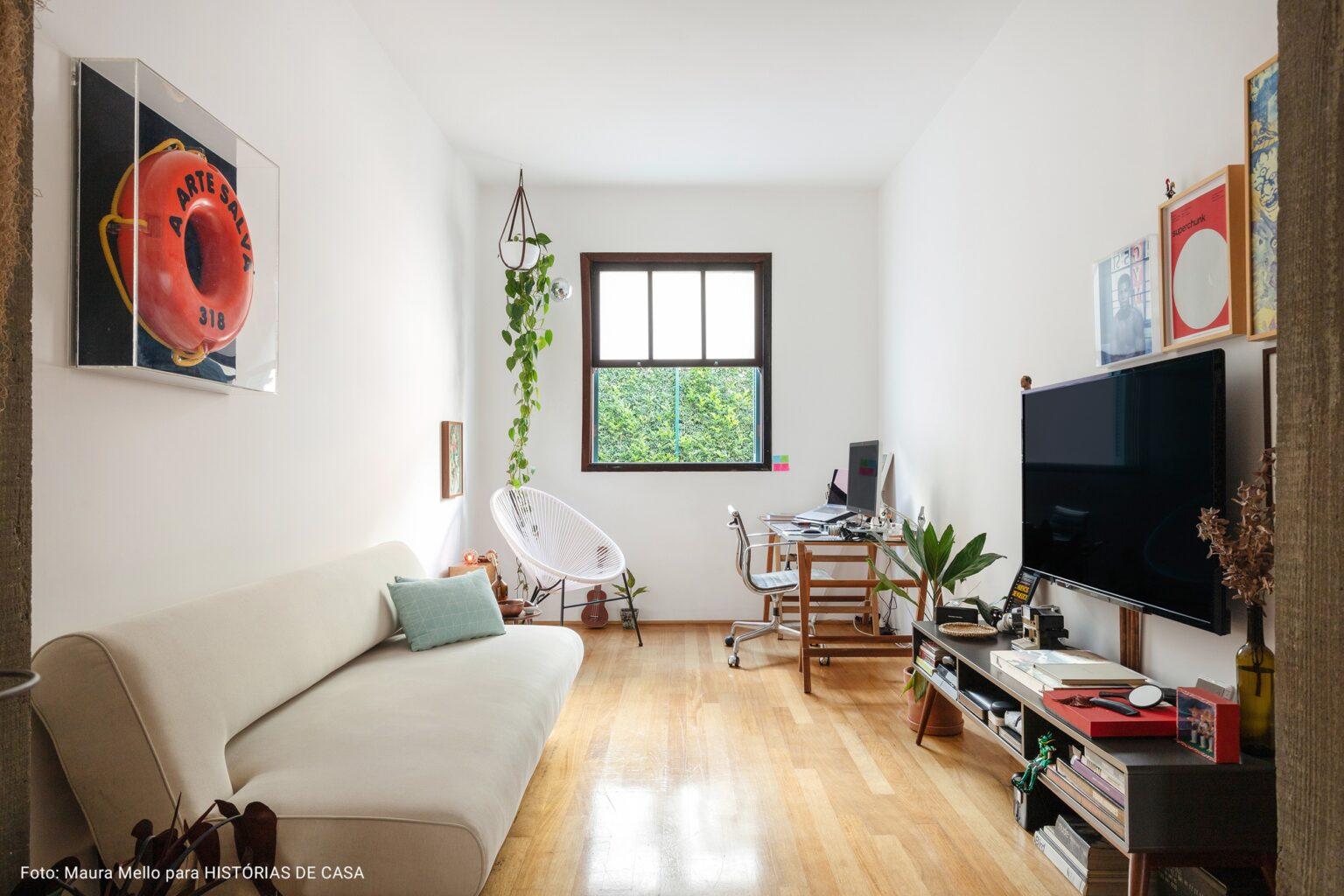 sala de televisão com piso de madeira