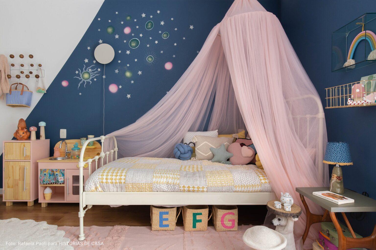 quarto de criança com mosqueteiro rosa
