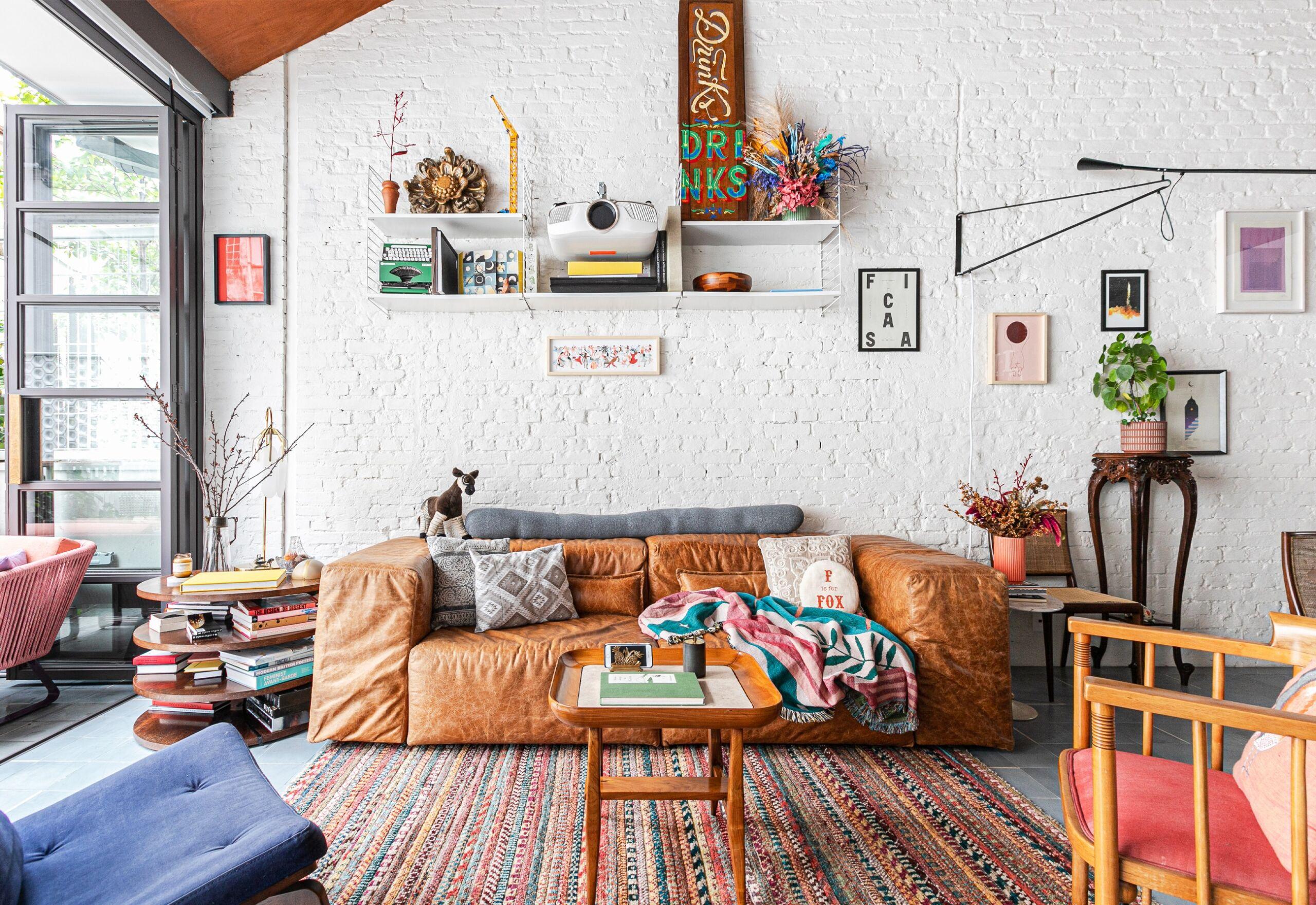 apartamento com parede de tijolos branca