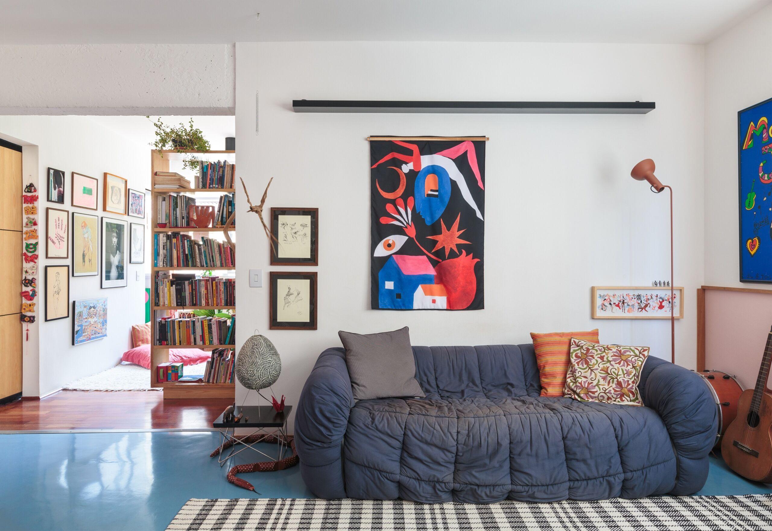 sala de estar com piso azul