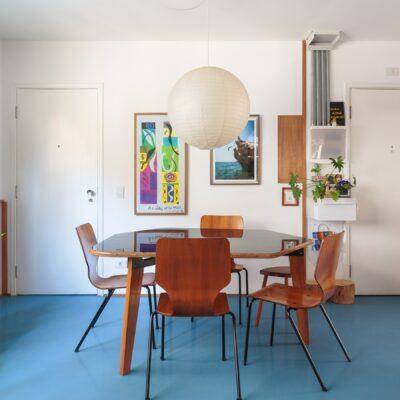 sala ampla com cadeira de madeira