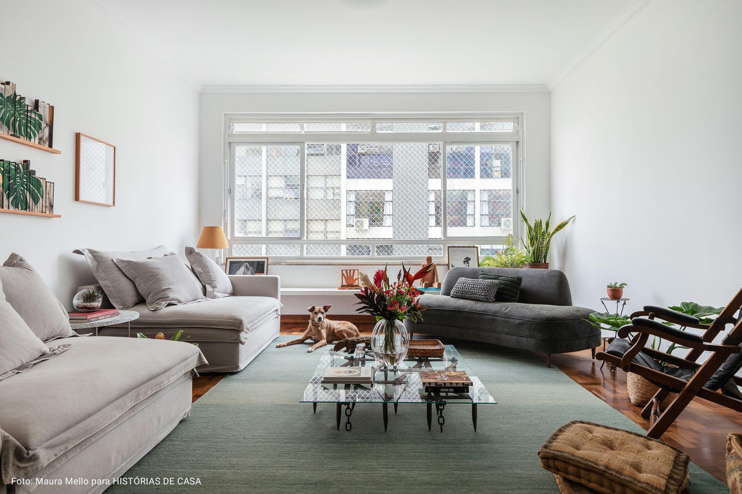 sala de estar com janela ampla