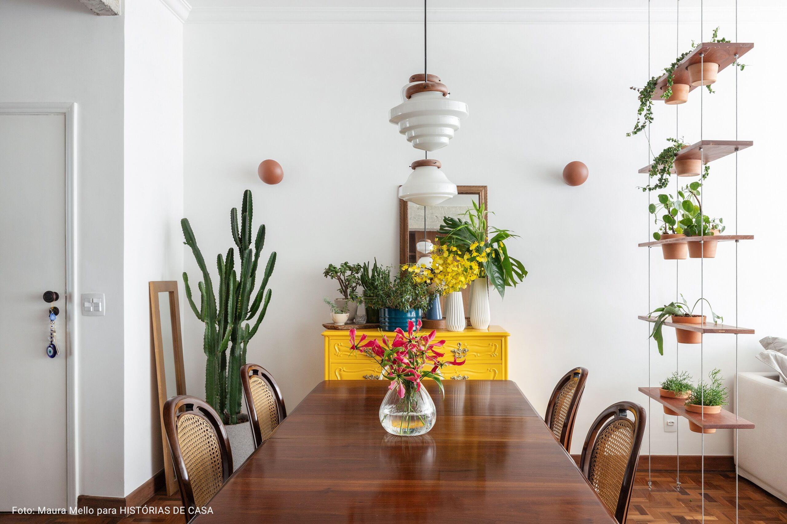 sala com móvel vintage pintado