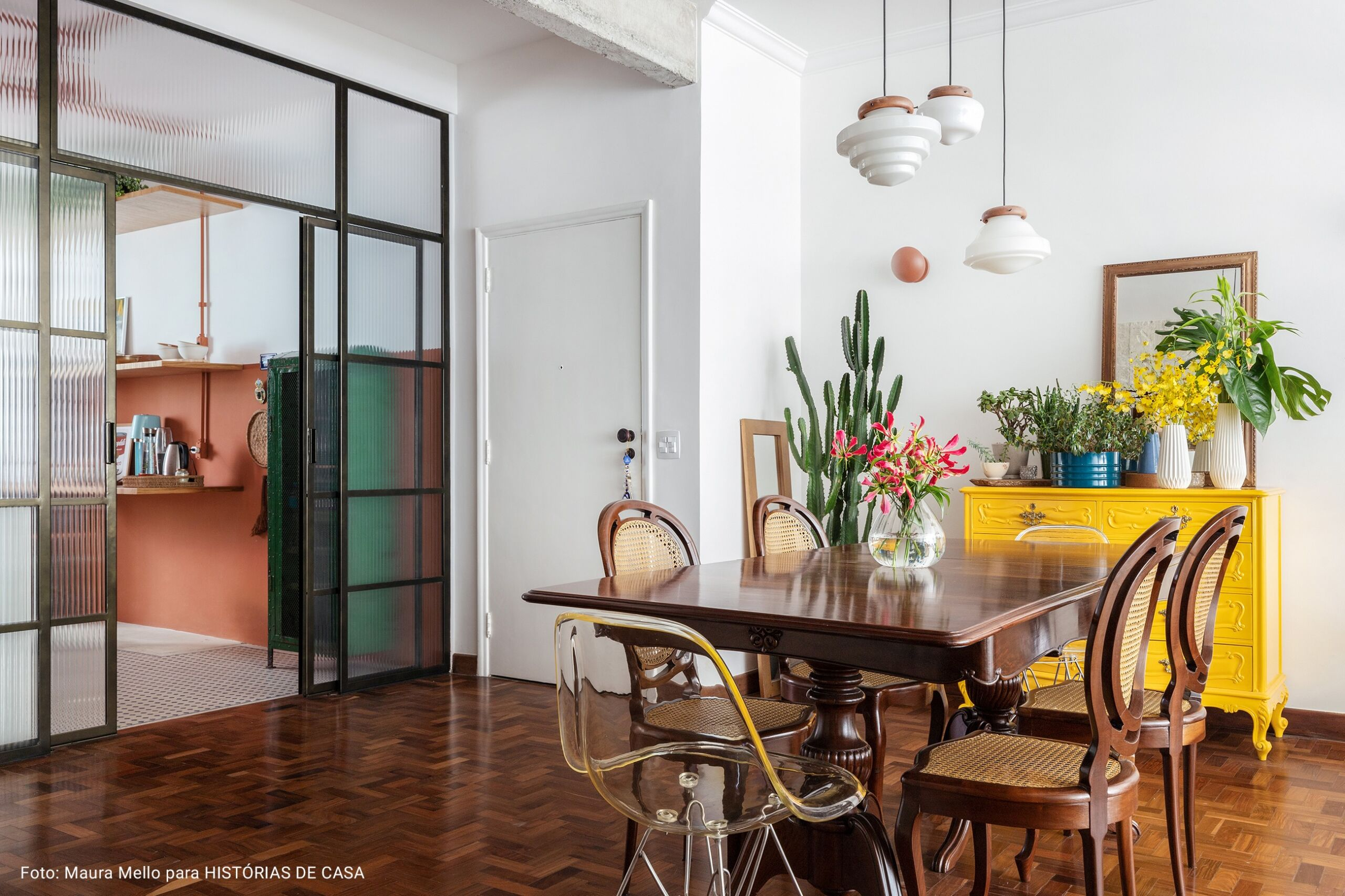 sala de estar ampla com porta de correr para a cozinha
