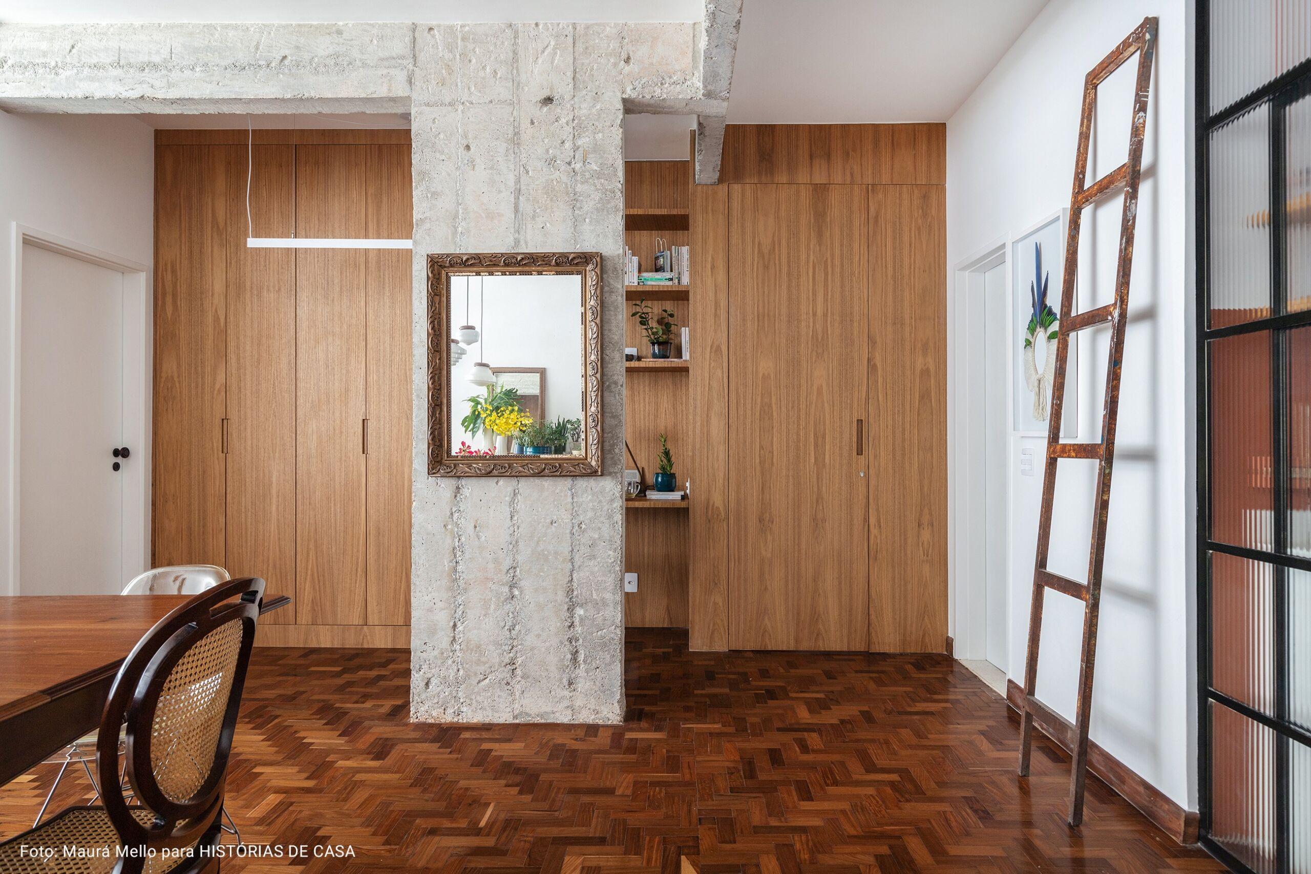 sala ampla com pilastra de concreto