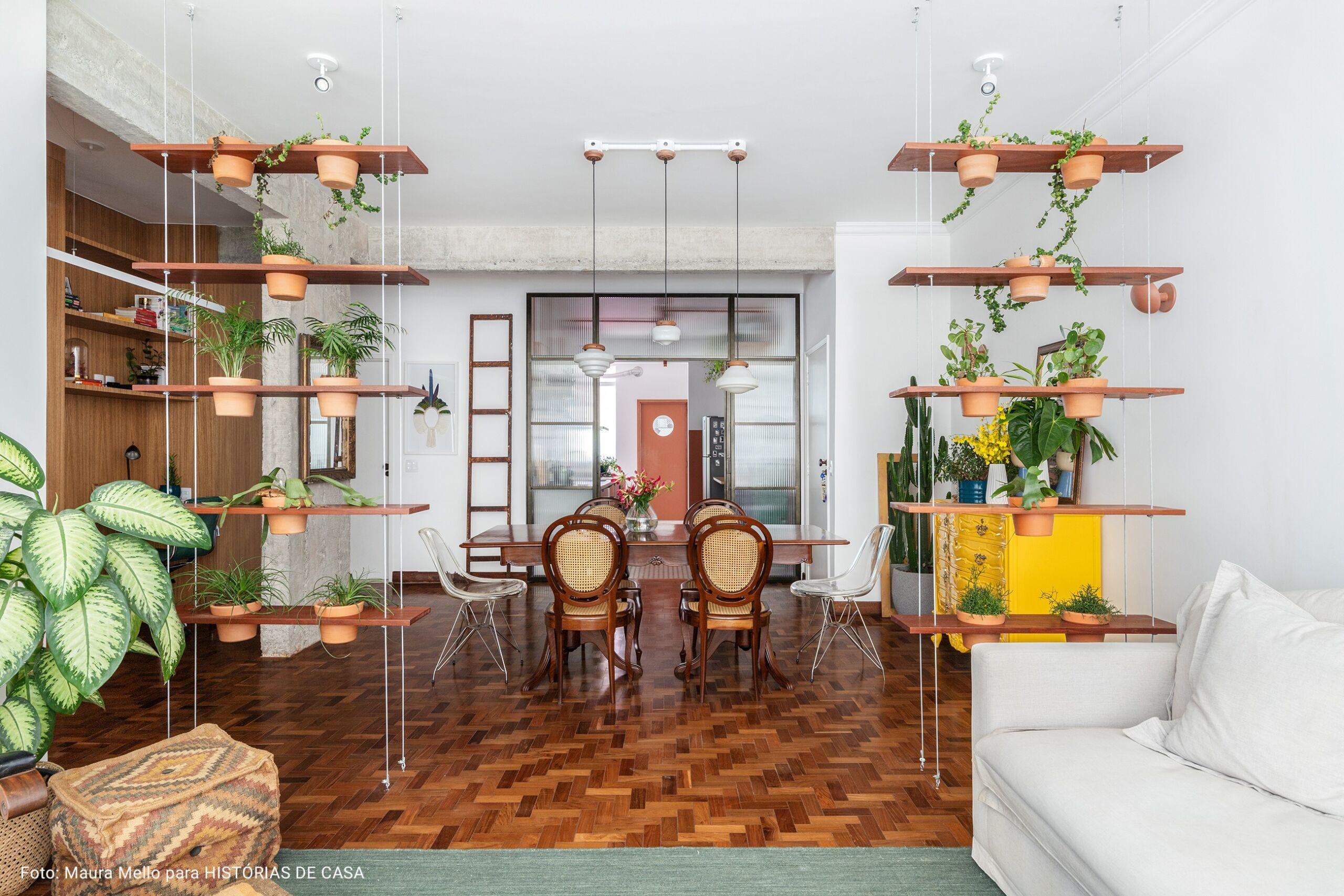 sala com duas prateleiras pendentes