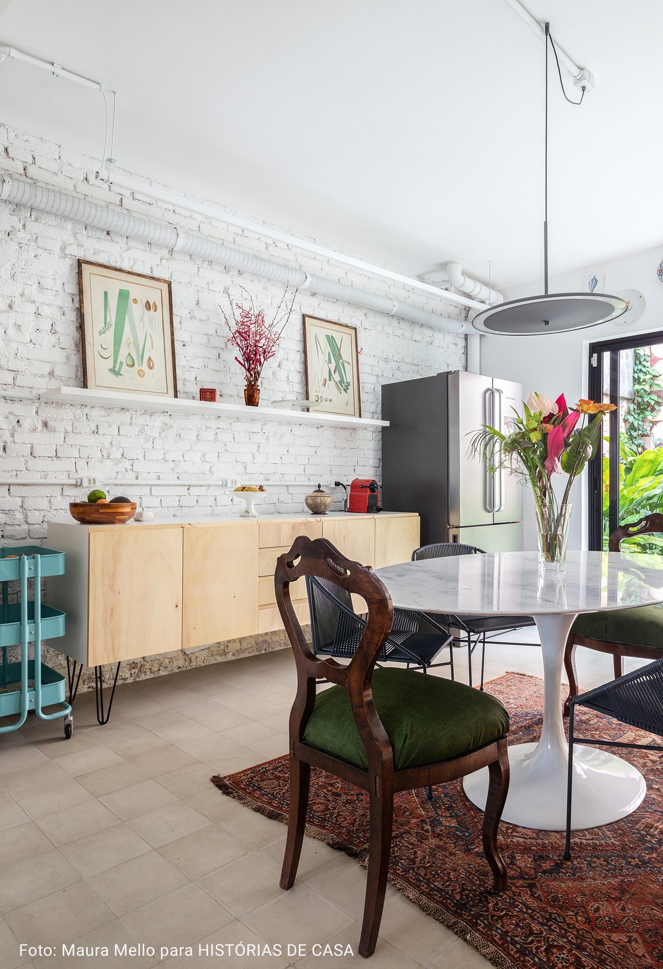 cozinha com cadeiras de madeira