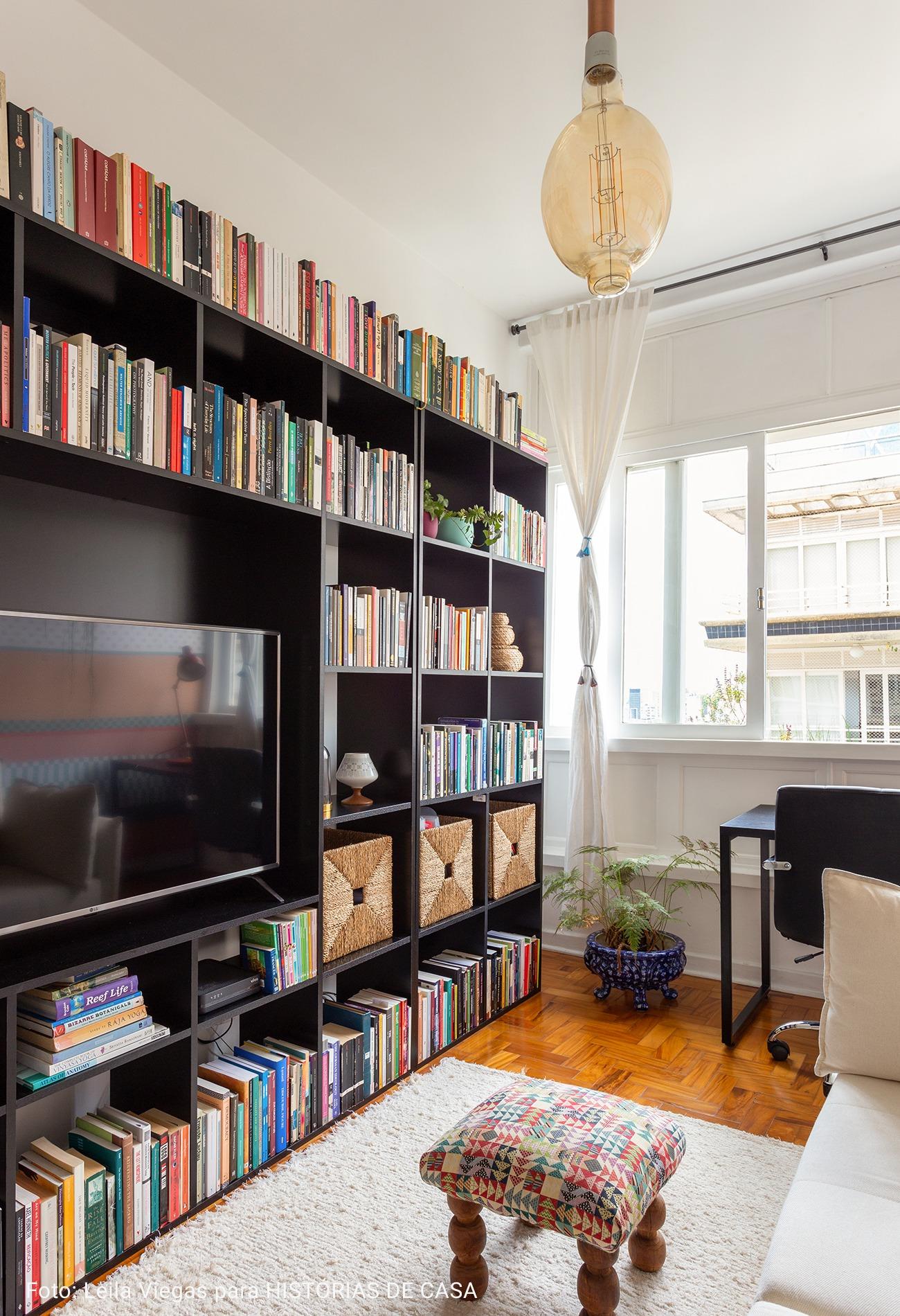 sala de tv com prateleira de livros