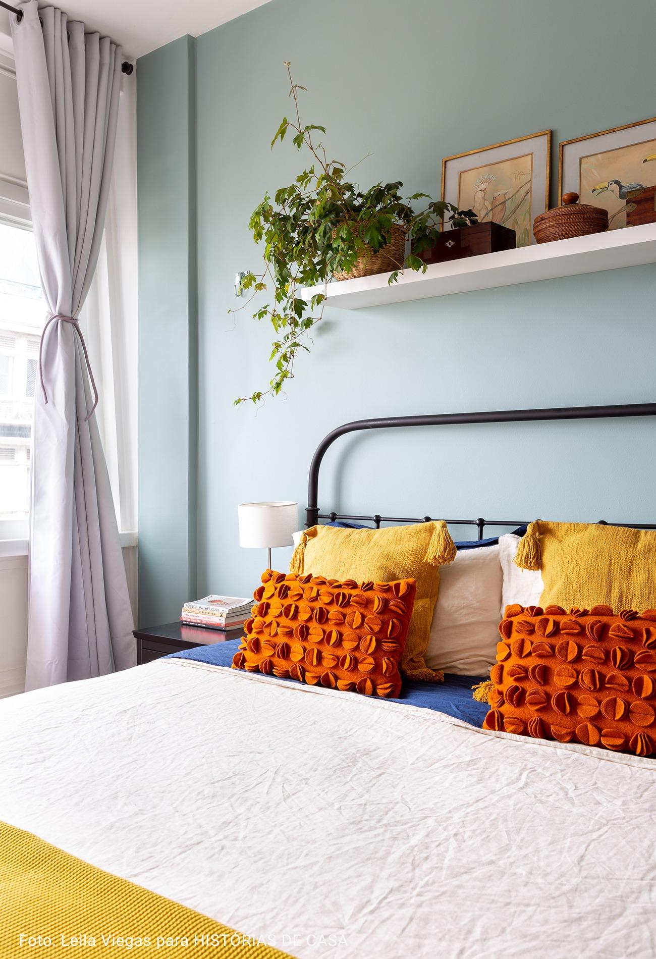 quarto com prateleira encima da cama