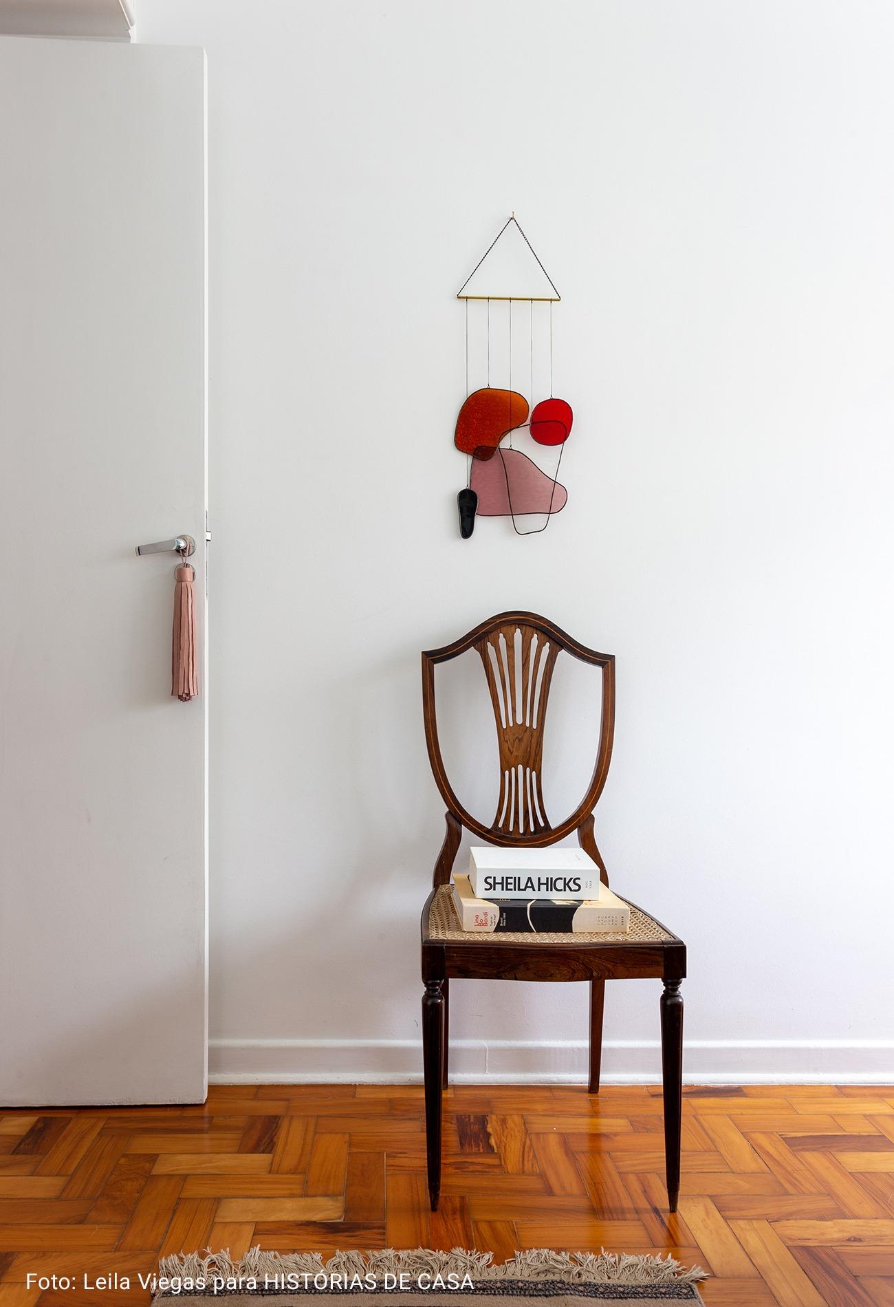 apartamento com cadeira de madeira