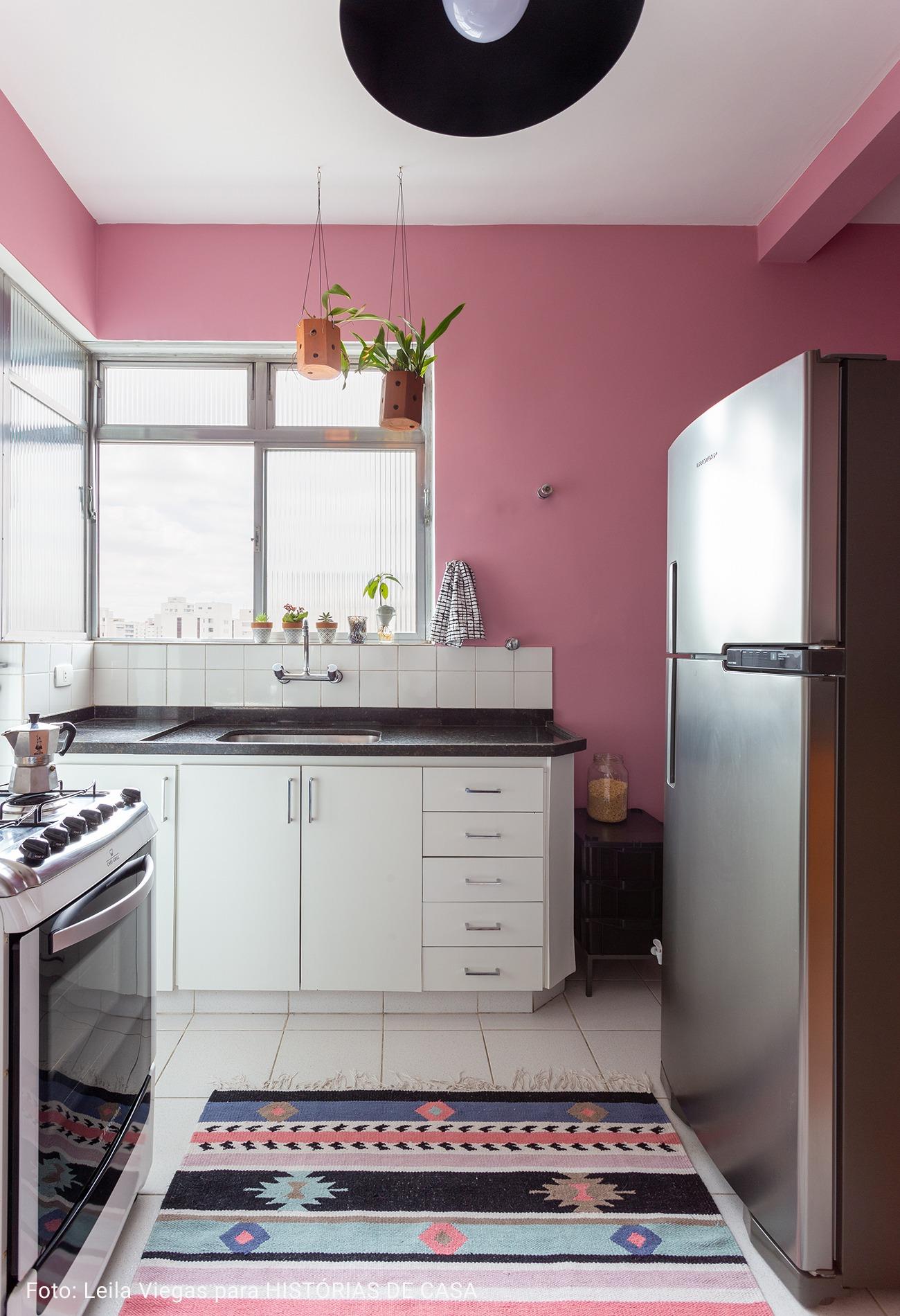 cozinha em L com piso branco