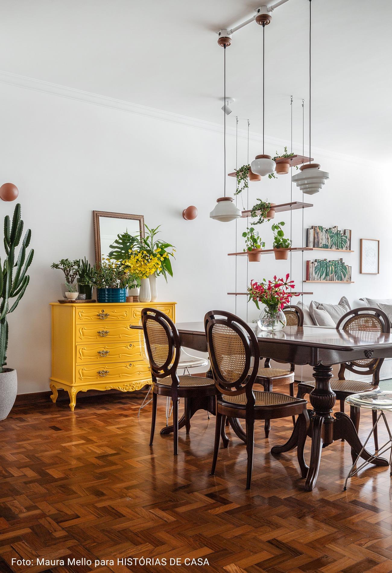 detalhe casa com mesa de madeira maciça