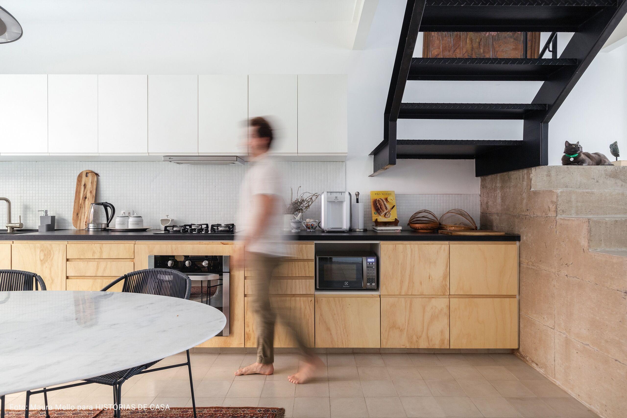 cozinha embaixo de escada