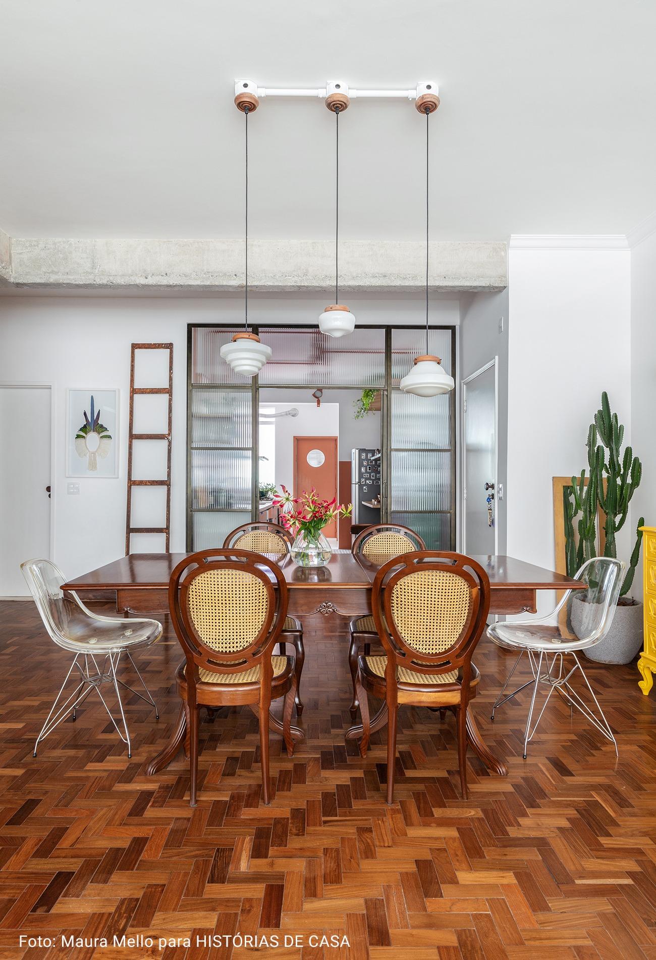 detalhe casa com cadeiras sortidas