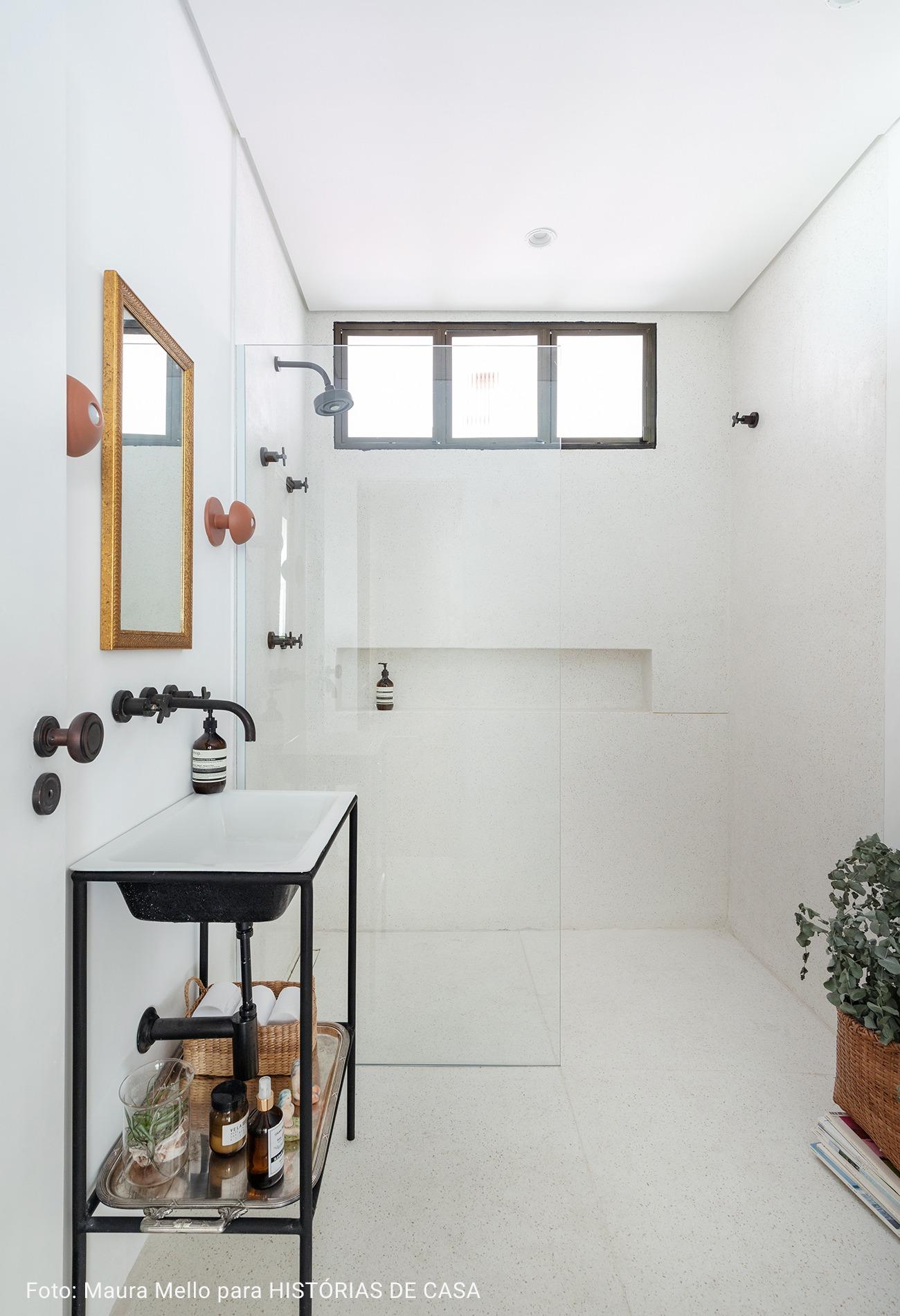 banheiro amplo e minimalista