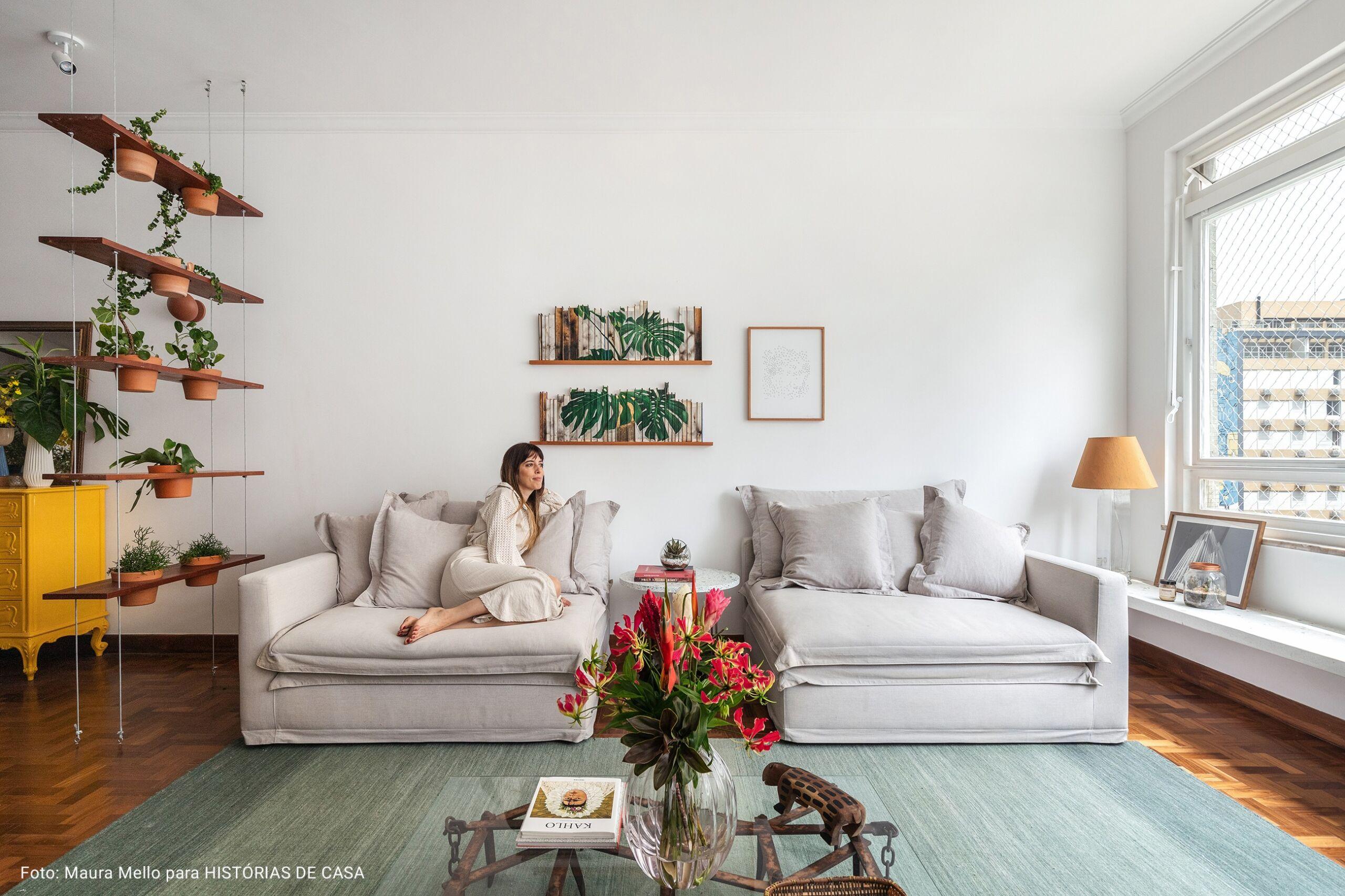 sala de estar com paredes brancas