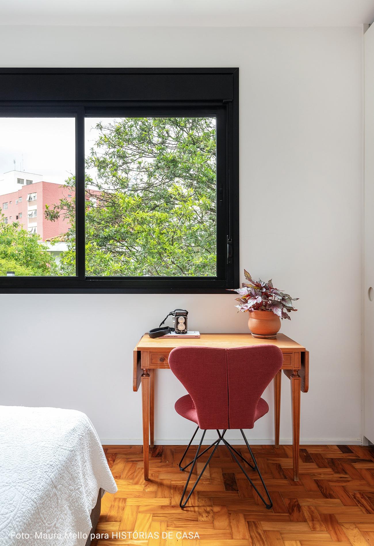 quarto com mini home office