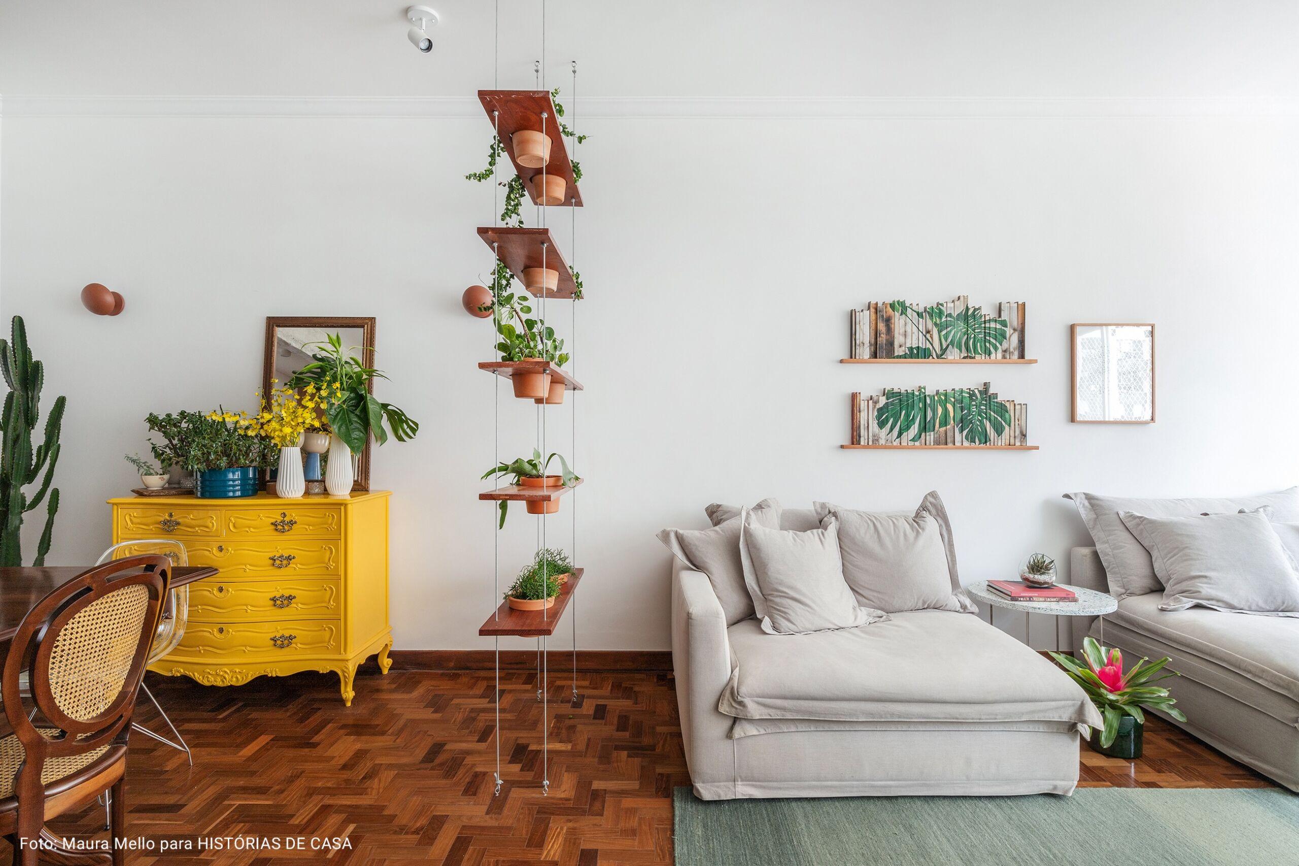 sala de estar com prateleira pendente