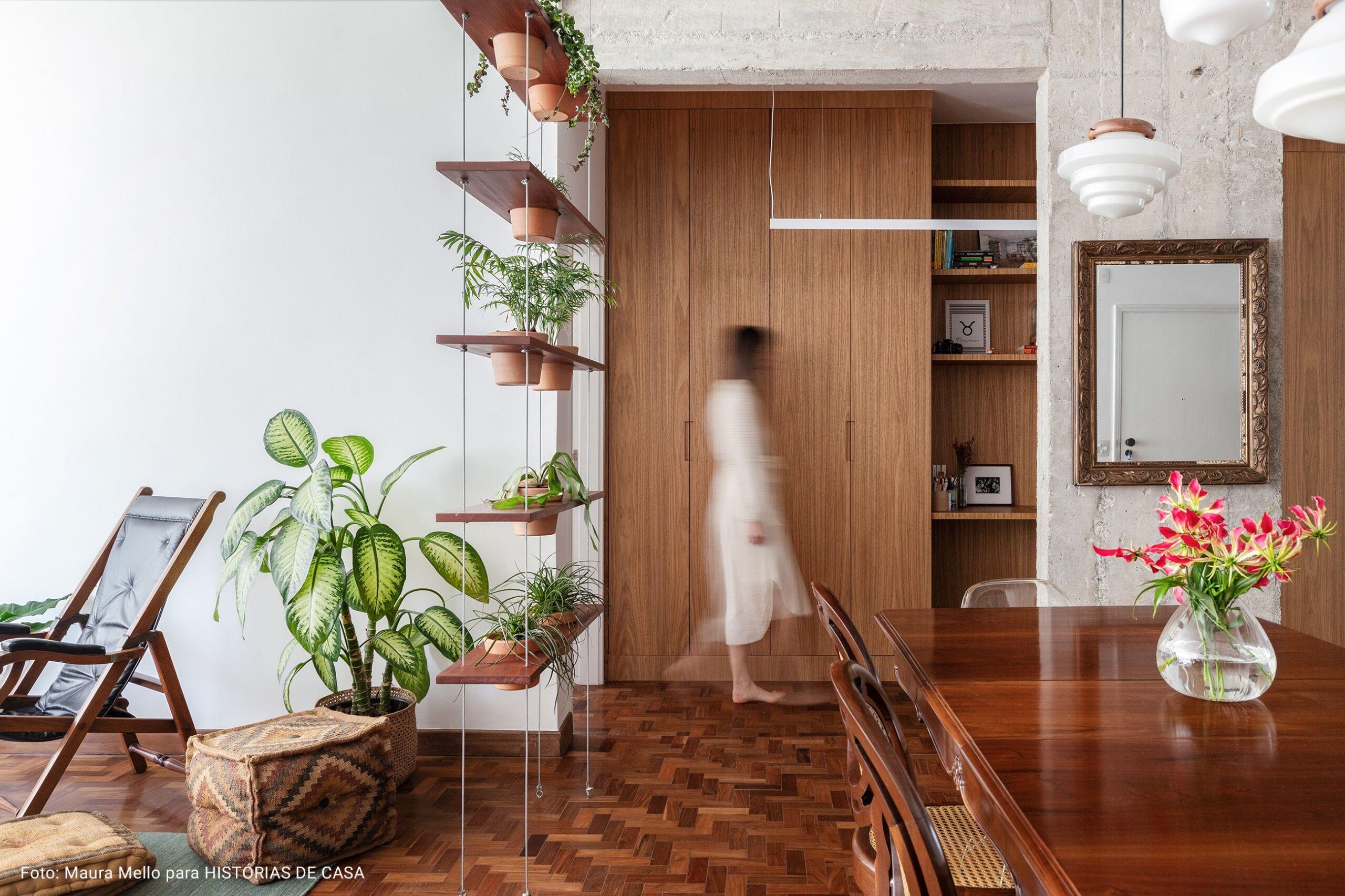 sala de estar com armários de madeira