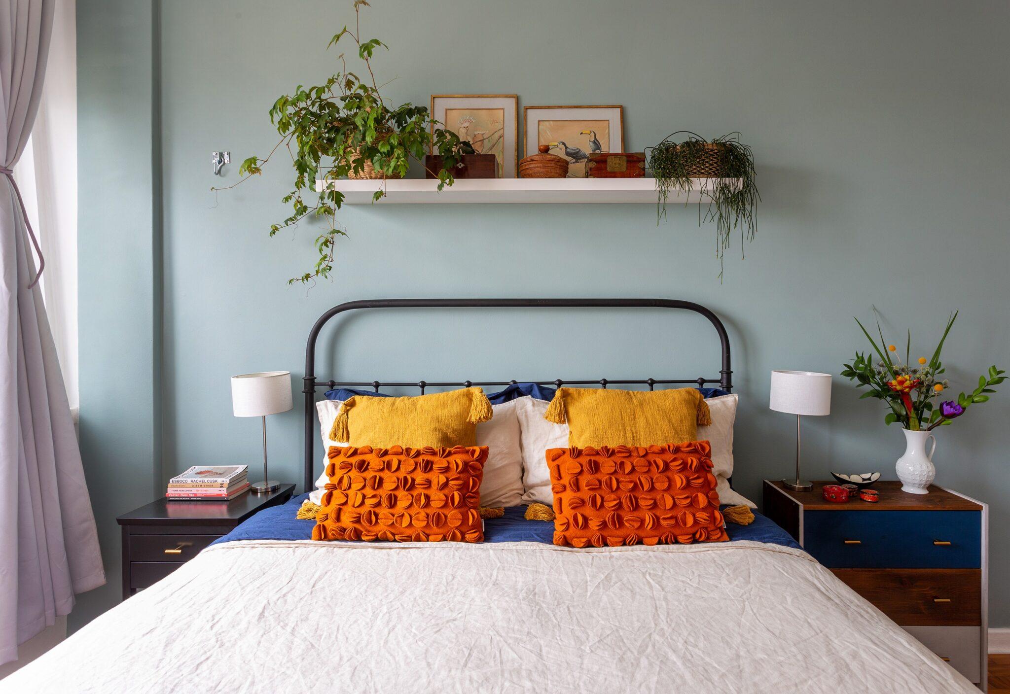 quarto com cama de casal e almofadas terracota